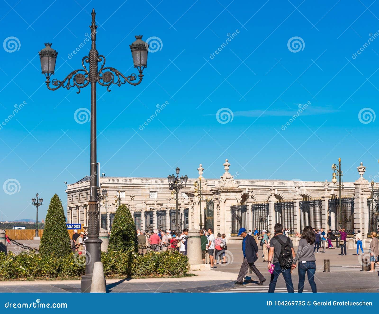 马德里,西班牙- 2017年9月26日:葡萄酒街灯的看法 复制文本的空间