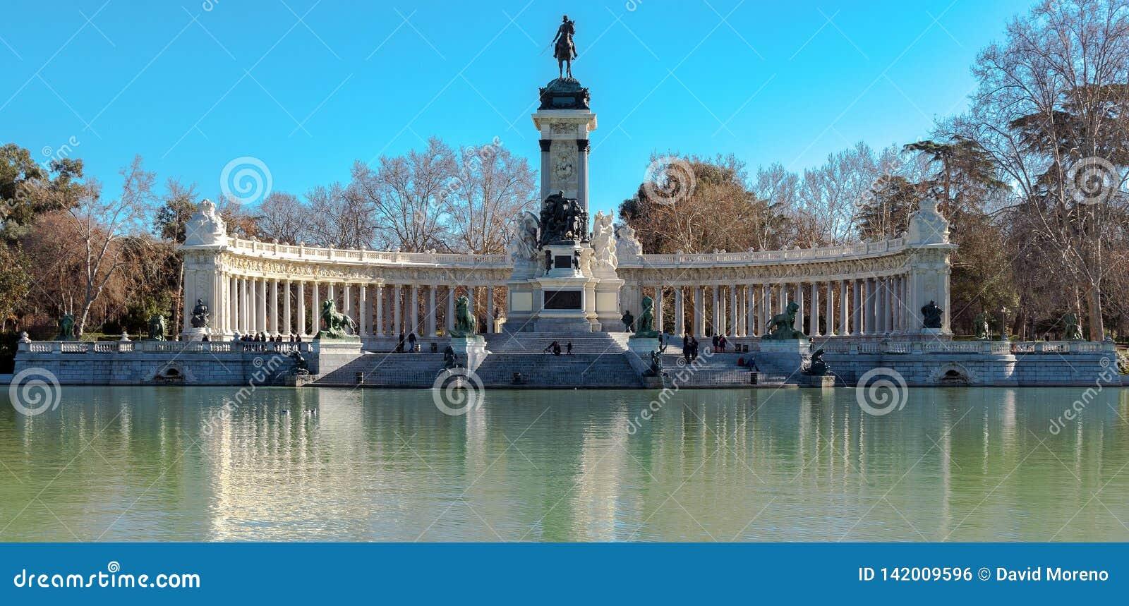 马德里,西班牙- 2018年2月13日-:对阿方索十二世的纪念碑池塘的在雷蒂罗公园在马德里,西班牙
