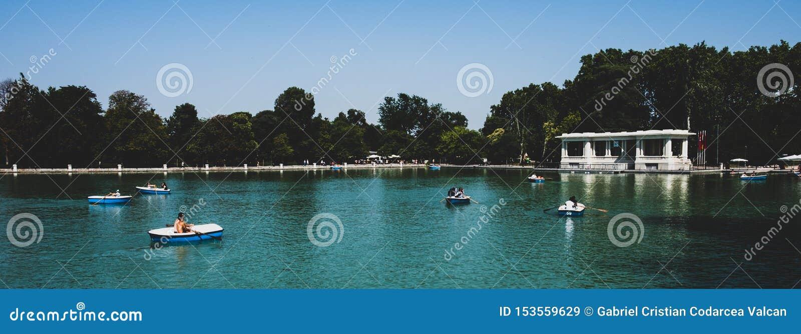 马德里2018年-小船的人们在一个湖在一个公园