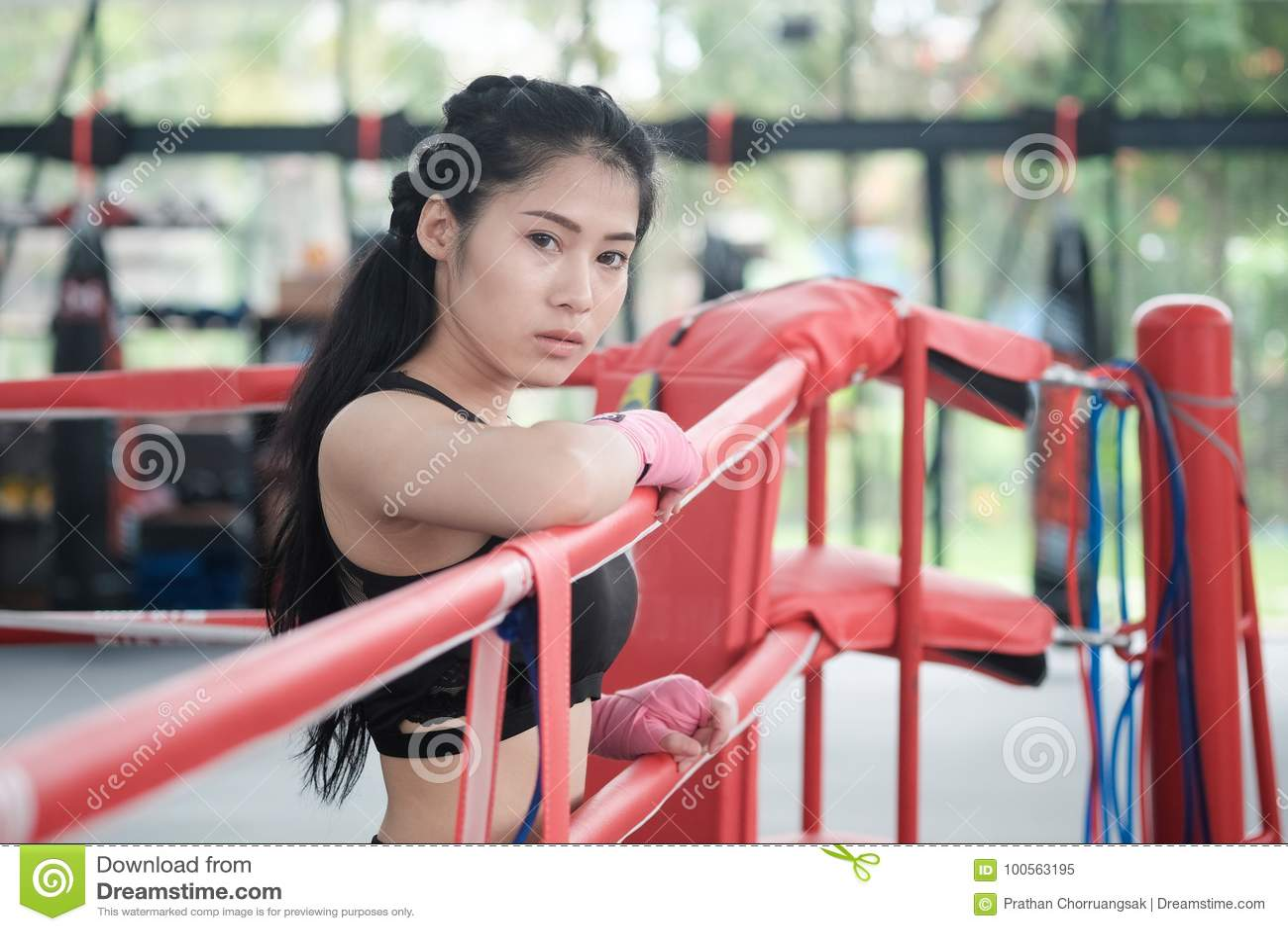 马戏团拳击健身房的画象亚裔妇女