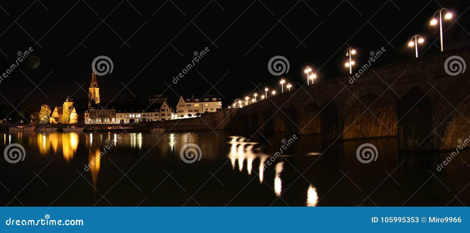 马斯特里赫特在晚上,在荷兰