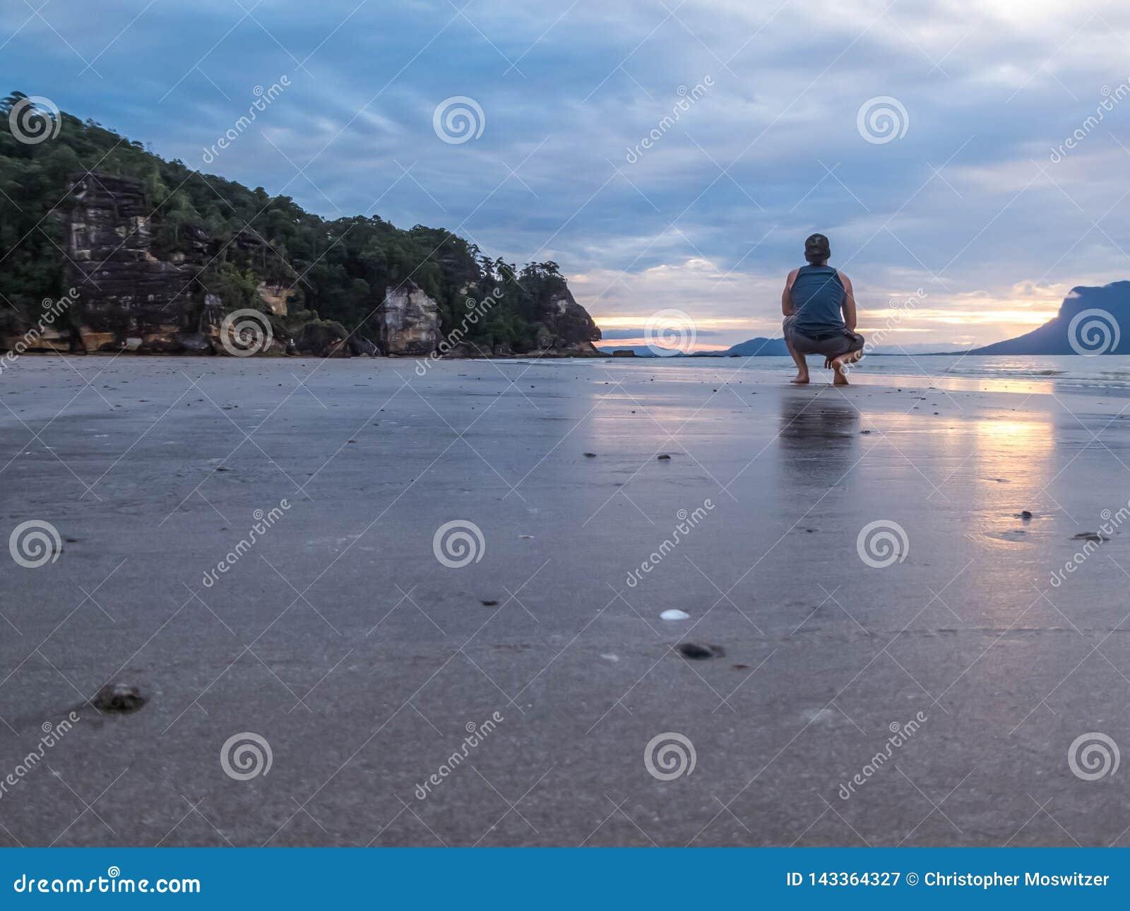 马来西亚-海滩的男孩