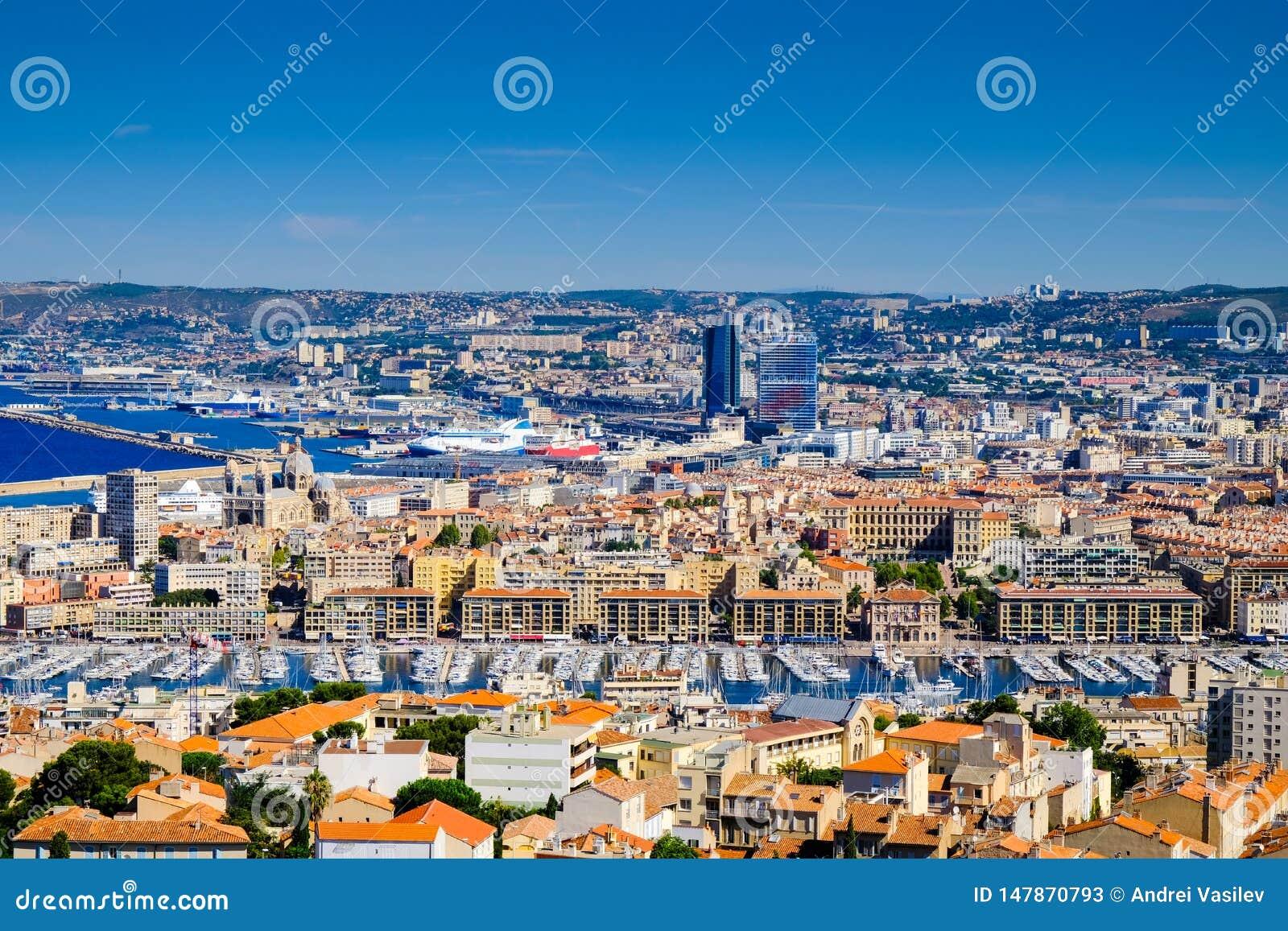 马赛、堤防、旧港口和镇屋顶全景  弗约波尔de马赛,法国