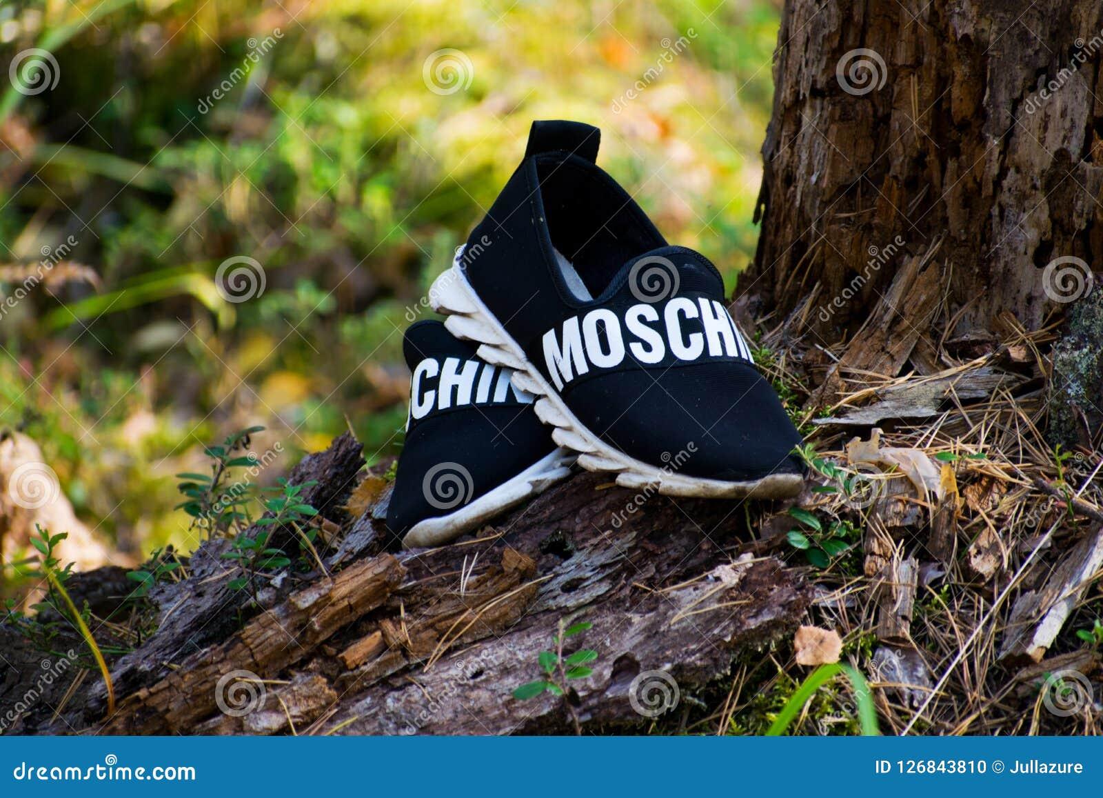 马里埃尔共和国,俄罗斯- 2018 9月16日,人` s鞋子, Moschino男女皆宜的鞋子共和国