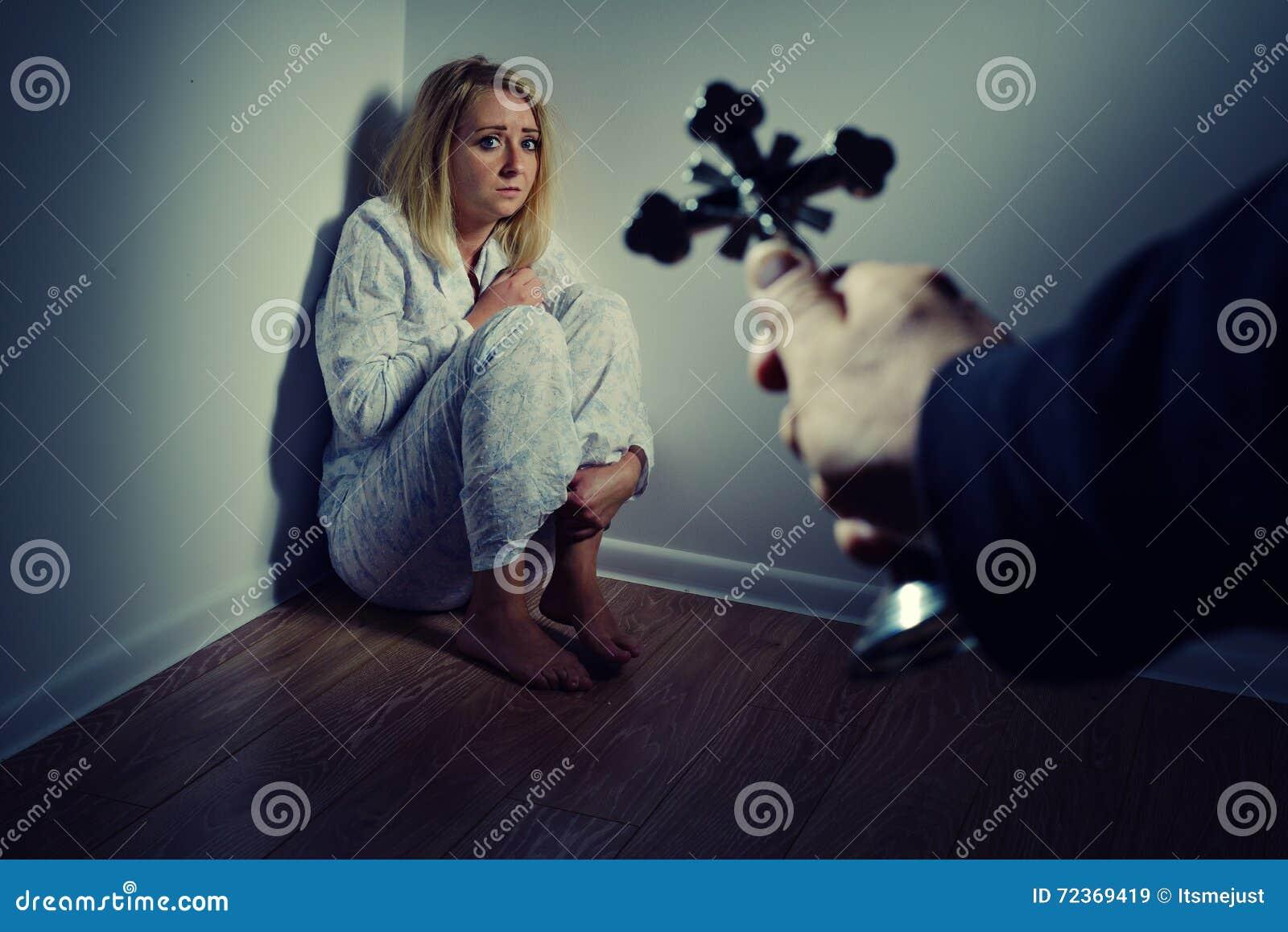 驱逐从一名妇女的一个邪魔通过祷告