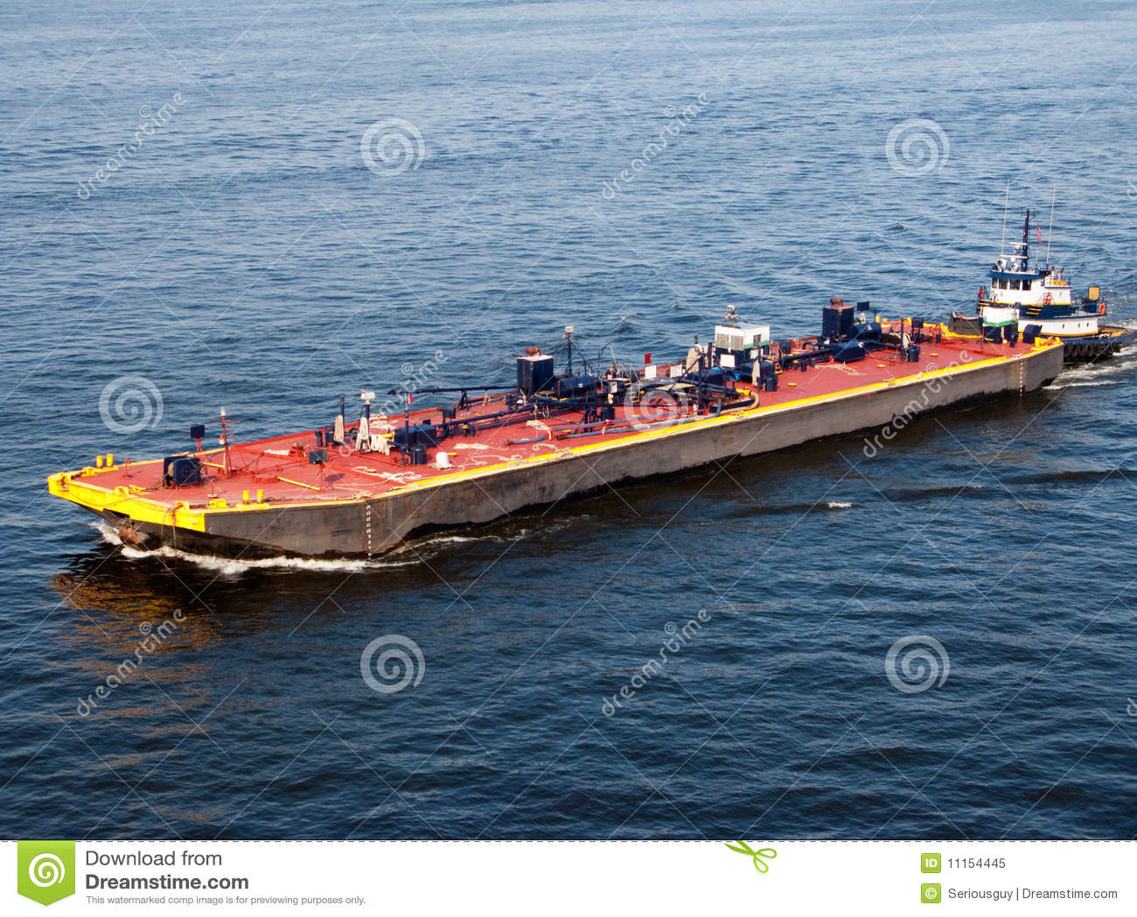 驳船被推进的拖轮
