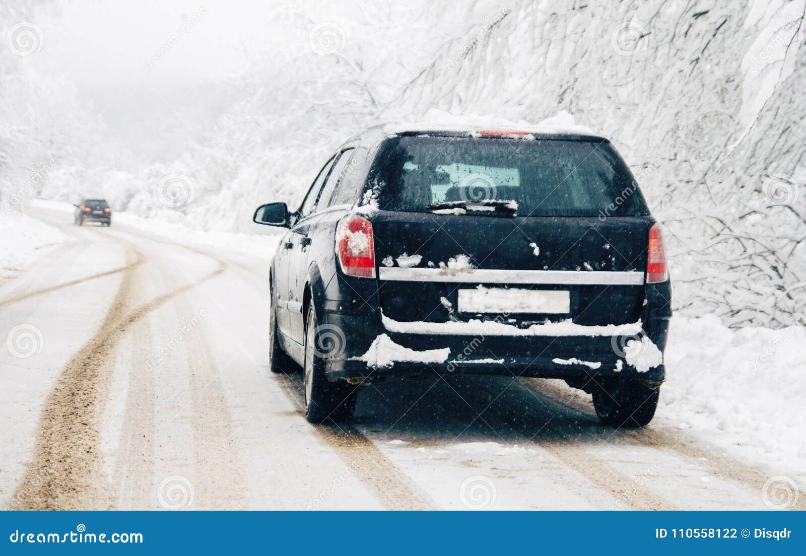驾车在雪飞雪