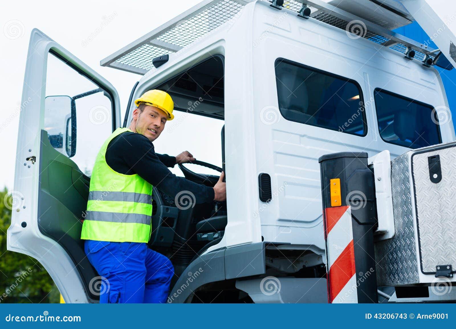 驾驶与建造场所卡车的吊车司机
