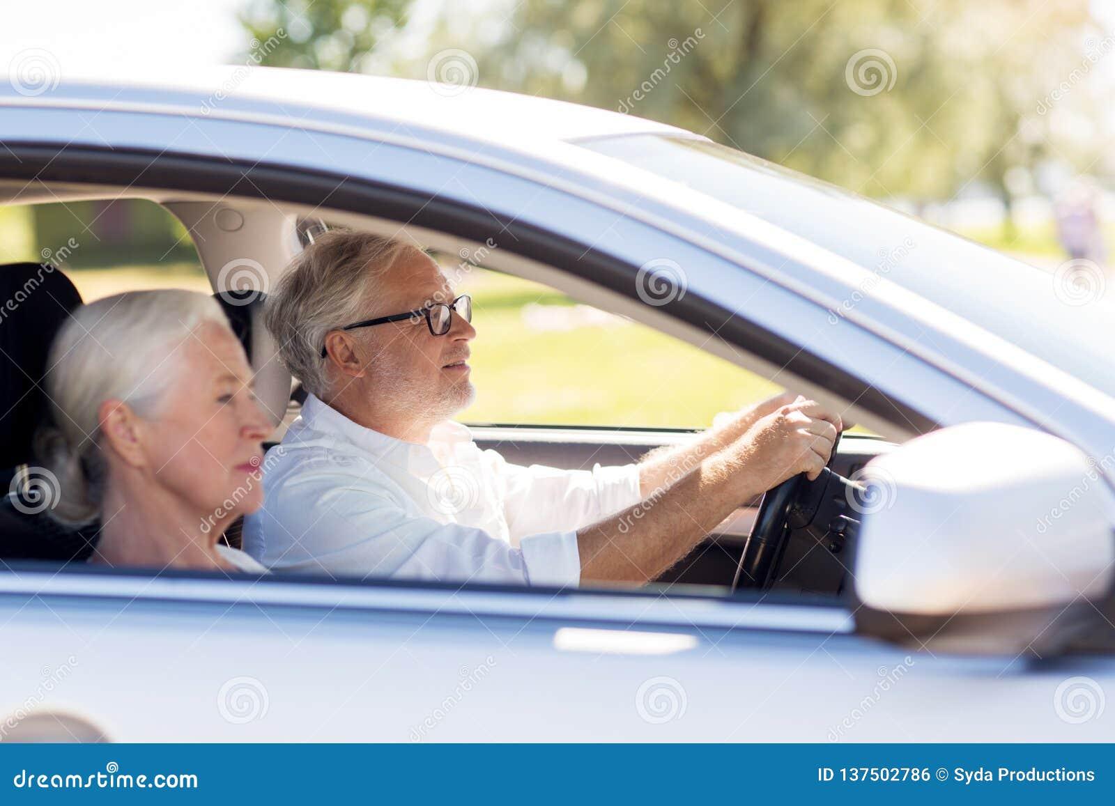 驾驶在汽车的愉快的资深夫妇