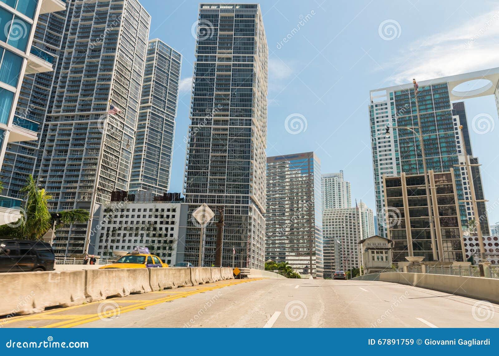 驾驶在迈阿密,佛罗里达 沿主路的城市大厦