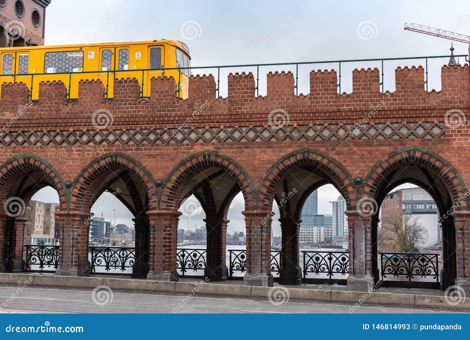驾驶在Oberbaunum桥梁的黄色柏林的U-Bahn