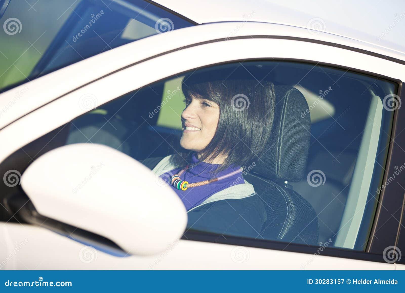驾驶她新的汽车的妇女