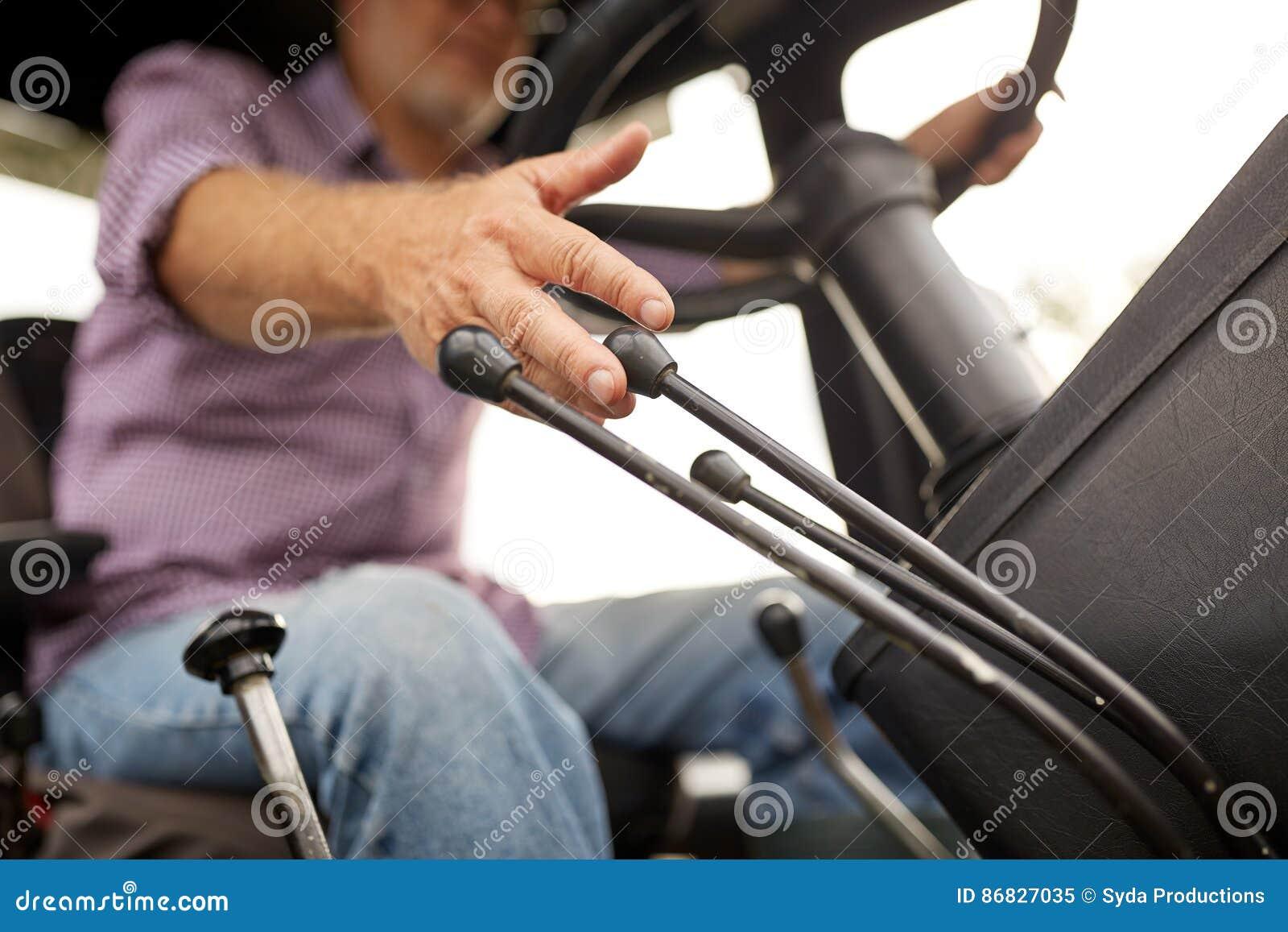 驾驶拖拉机的老人在农场