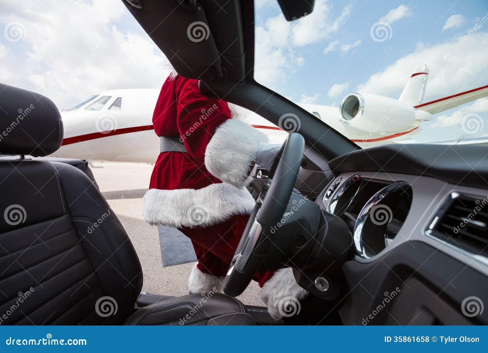 驾驶敞篷车的圣诞老人在机场终端