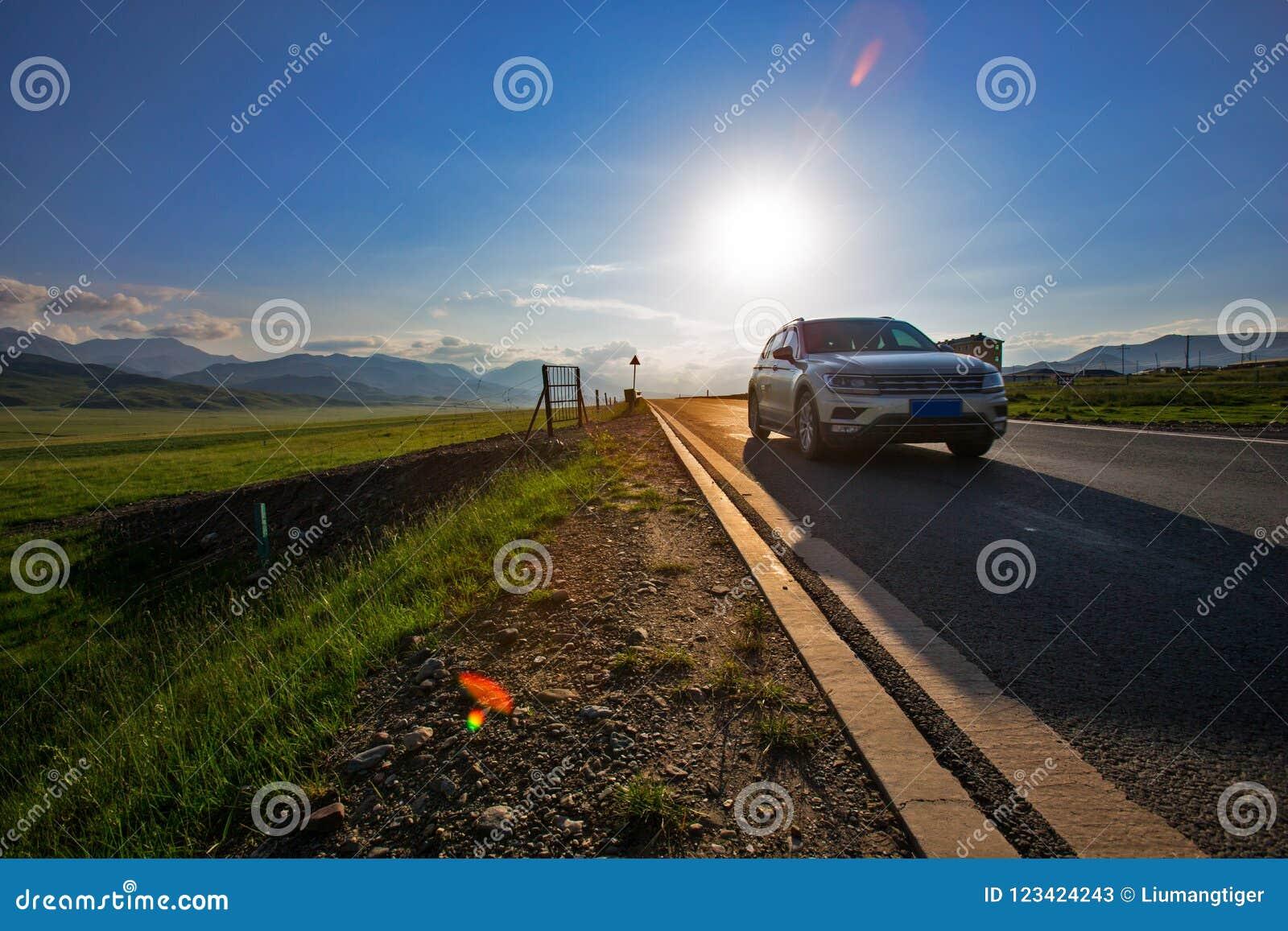 驾驶旅途的自已在日落时间