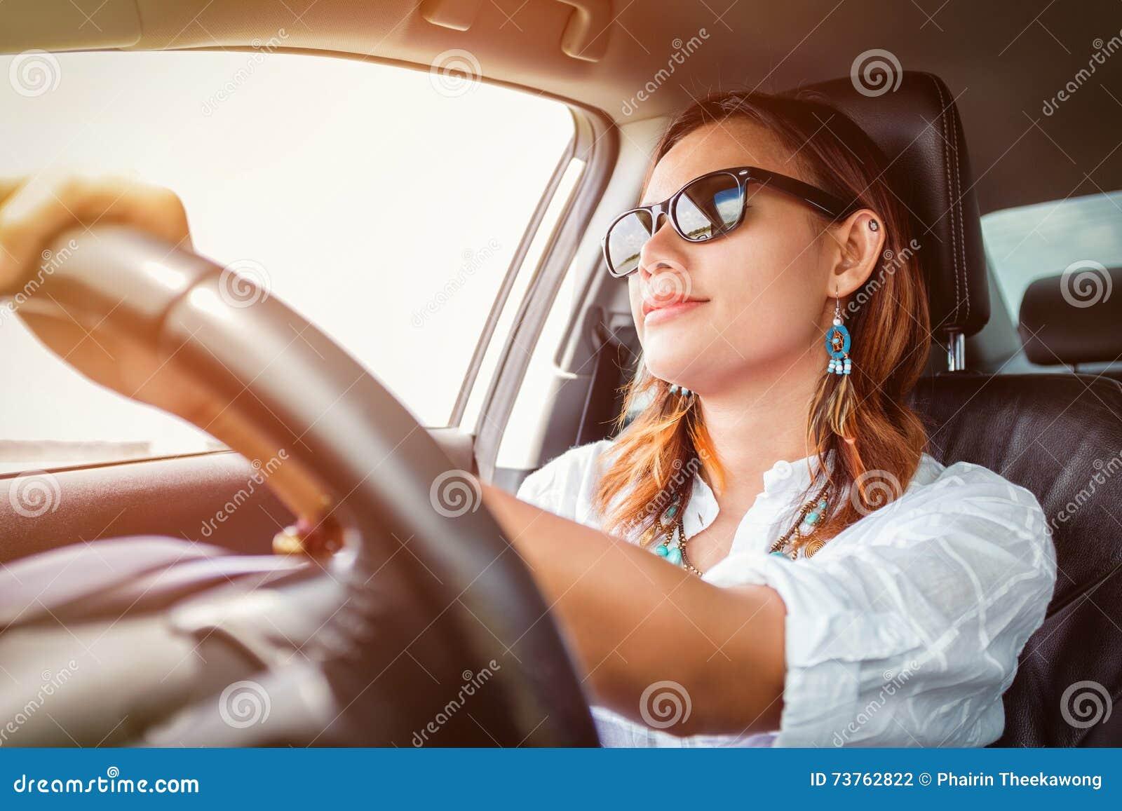 驾驶汽车的亚裔妇女