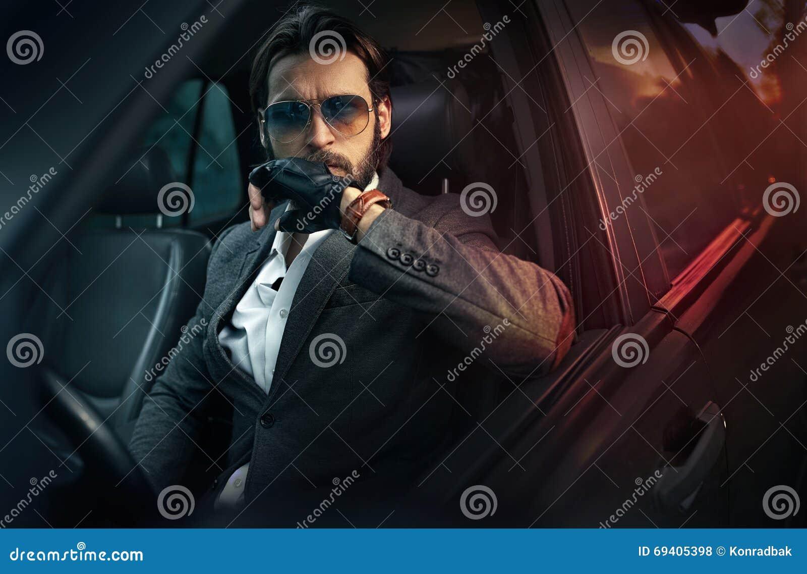 驾驶汽车的典雅的英俊的人