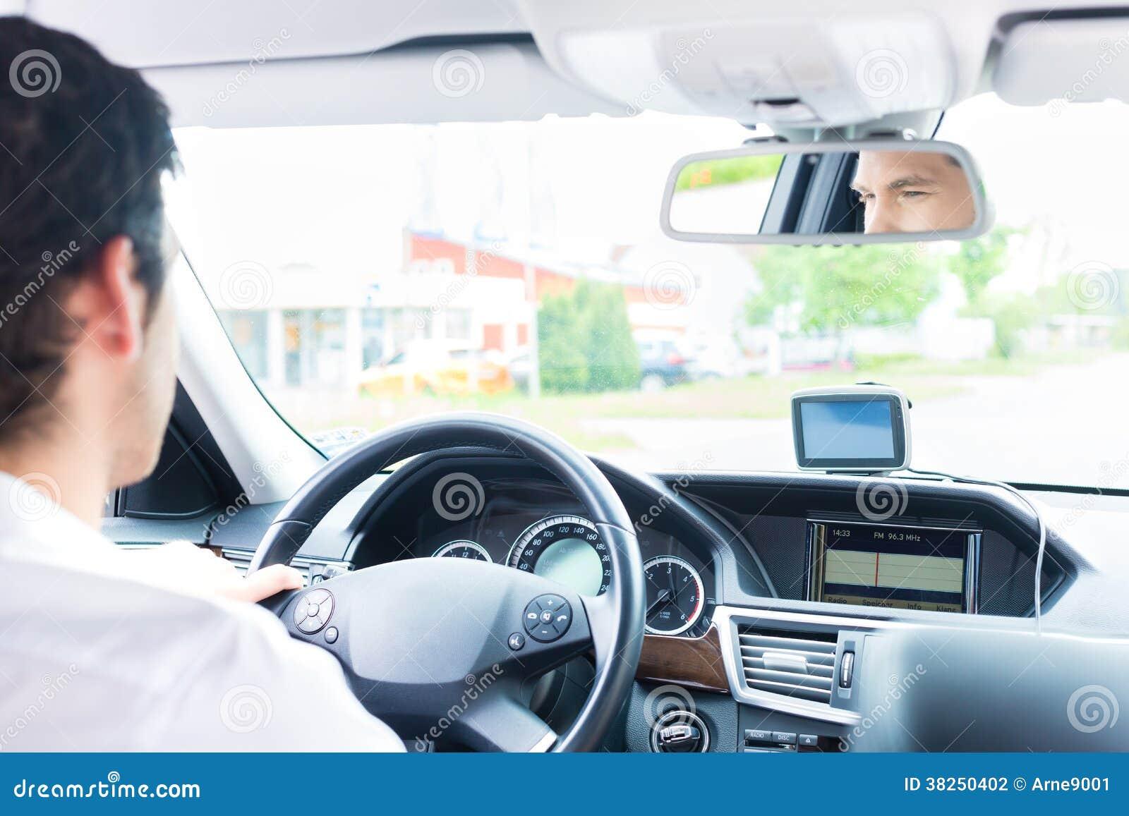 驾驶他的汽车的年轻出租汽车司机