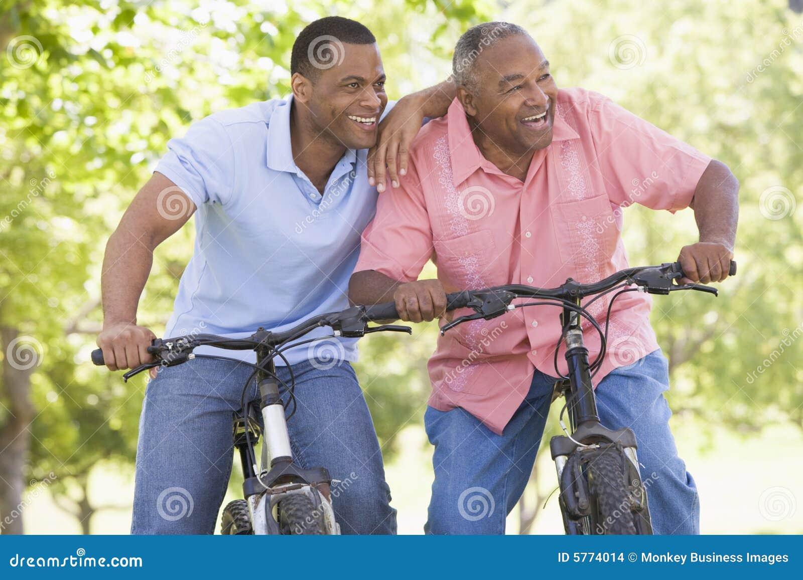 骑自行车人户外微笑的二
