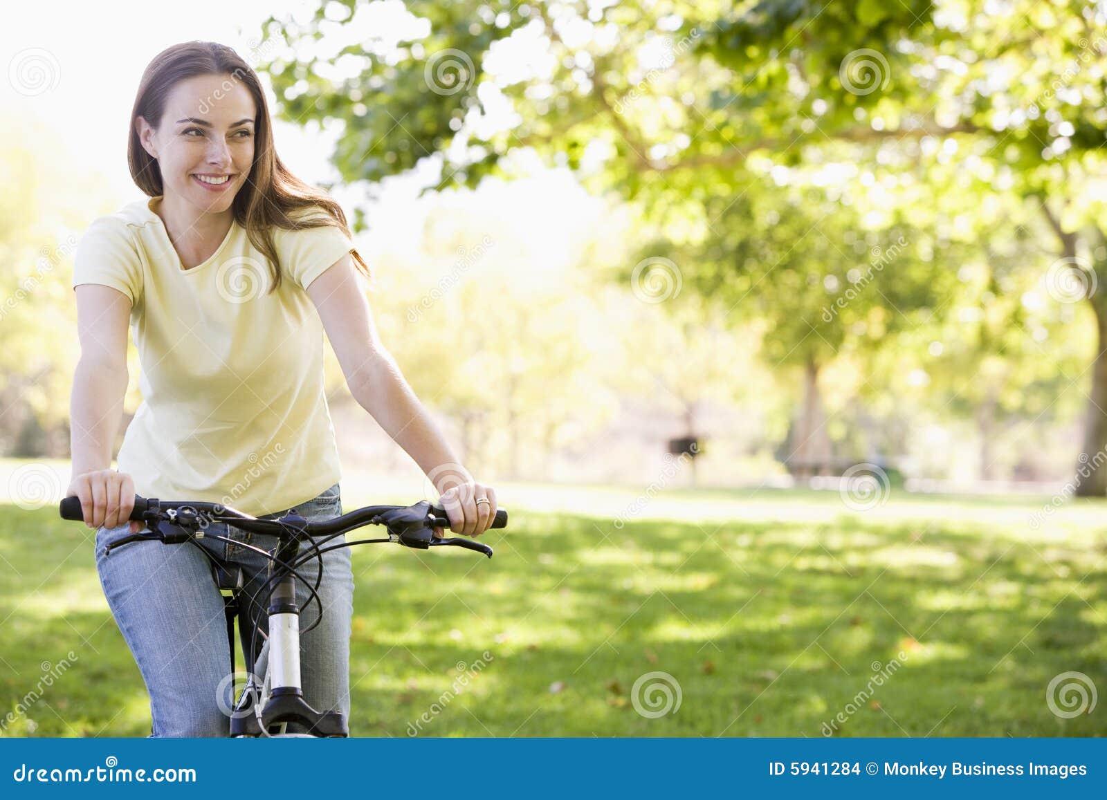 骑自行车微笑的妇女