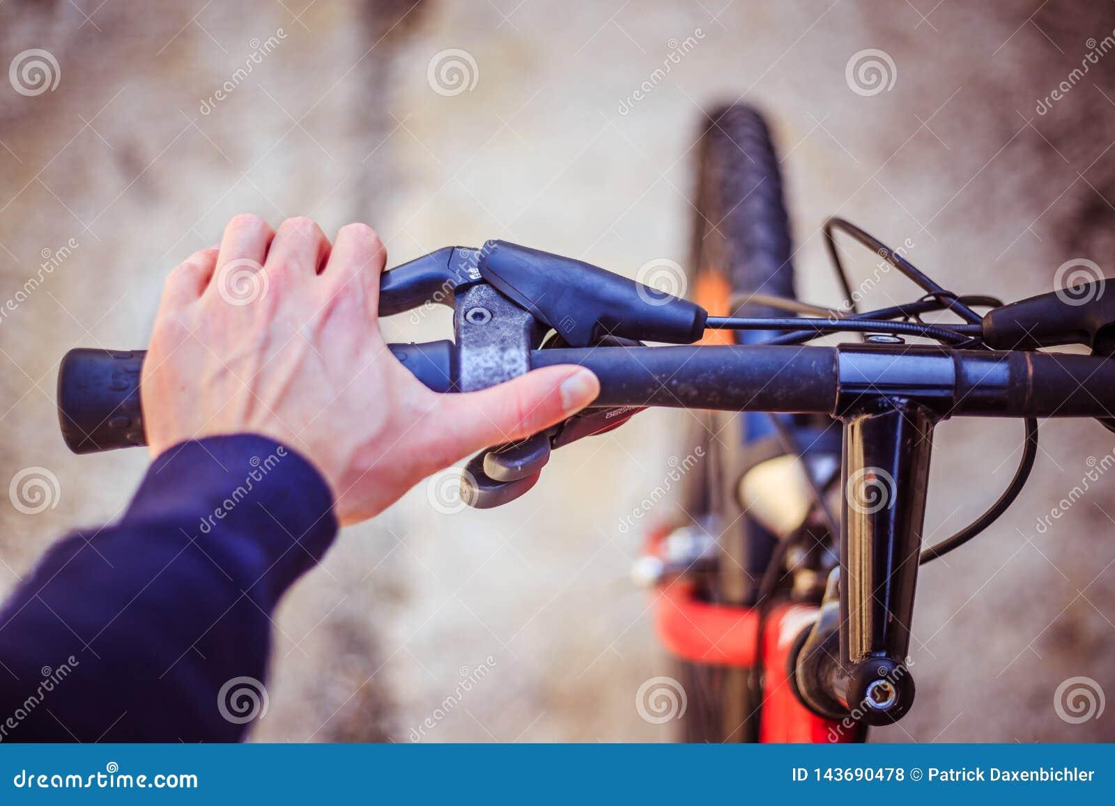 骑自行车把手和断裂,自行车修理,被弄脏的背景