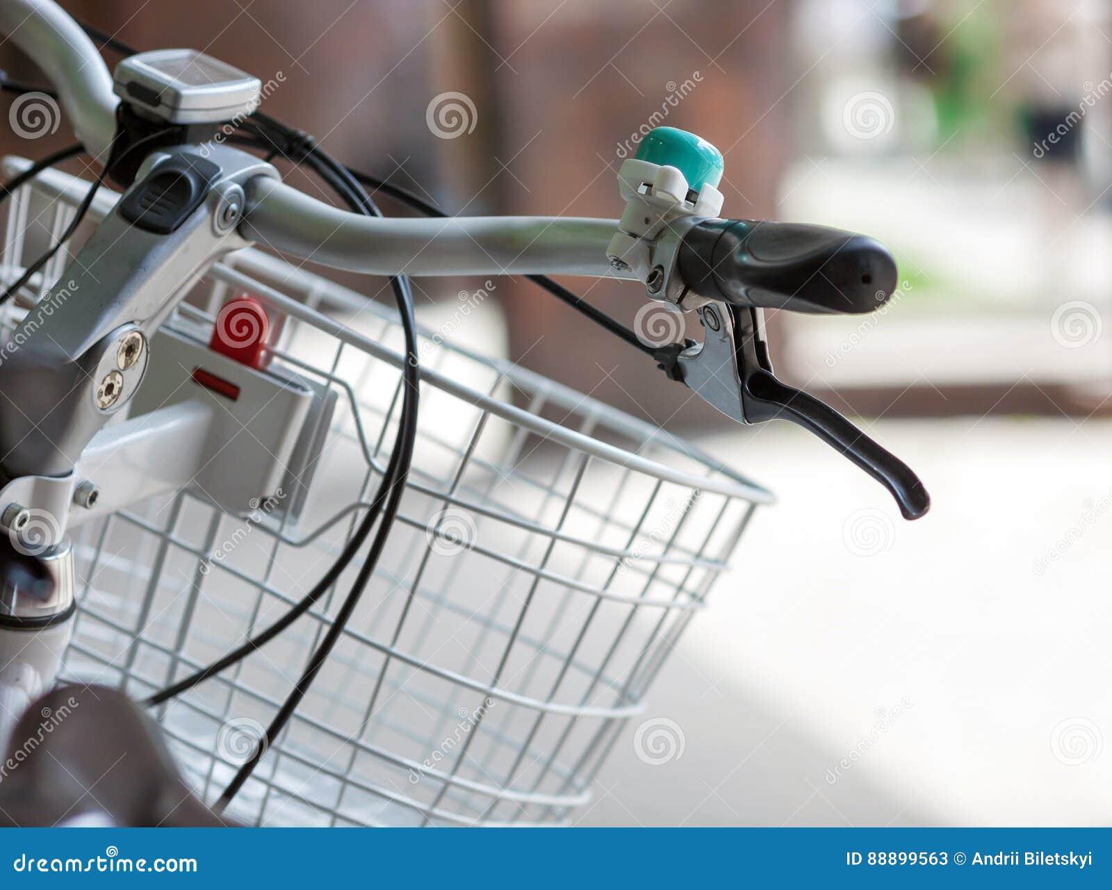 骑自行车有响铃和篮子特写镜头的把柄