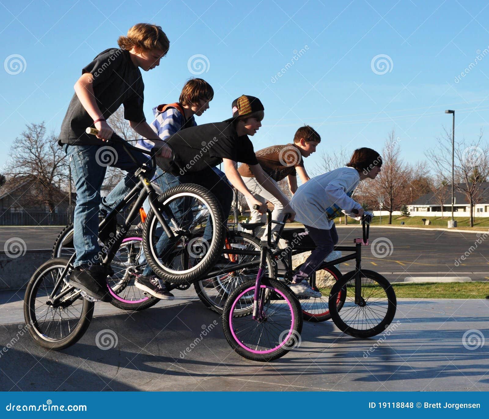骑自行车男孩乘坐少年