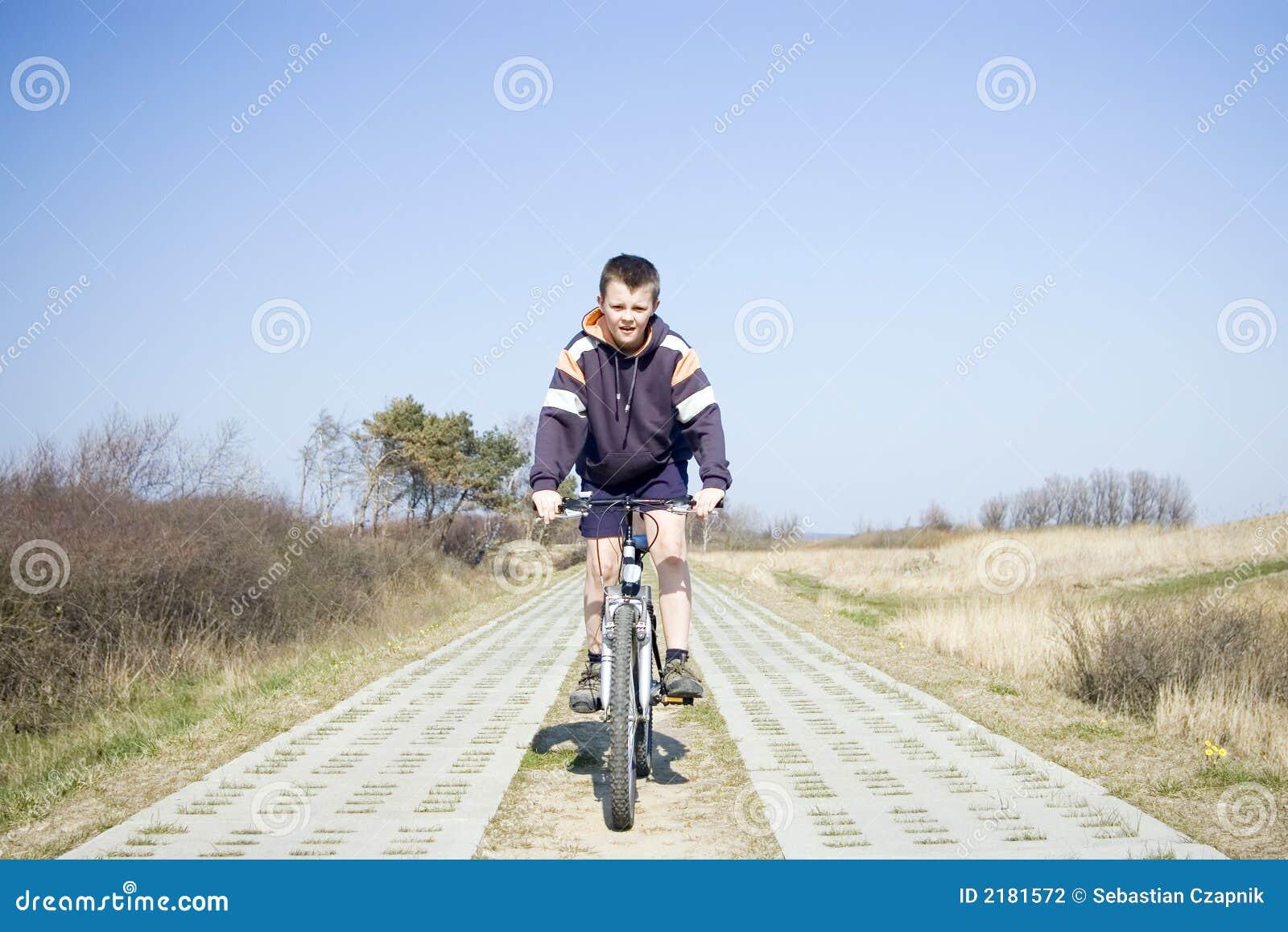 骑自行车男孩骑马