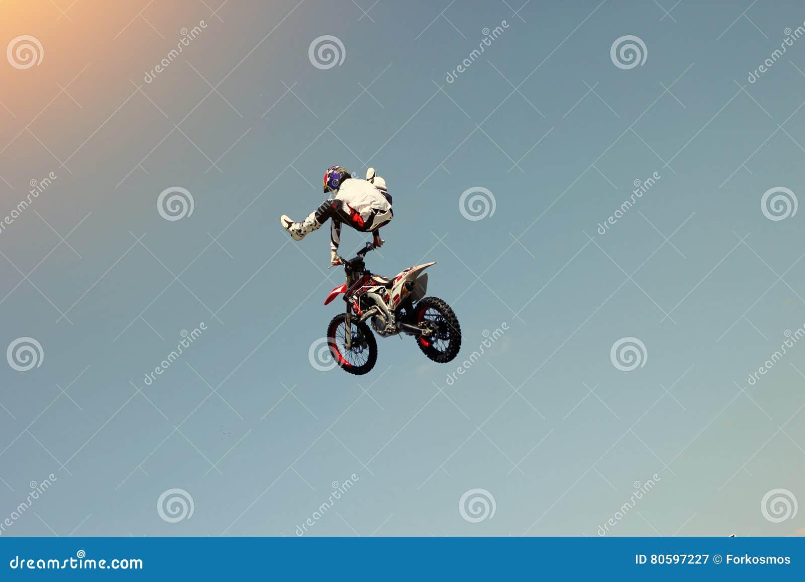 骑自行车的人替身演员在天空中的做特技