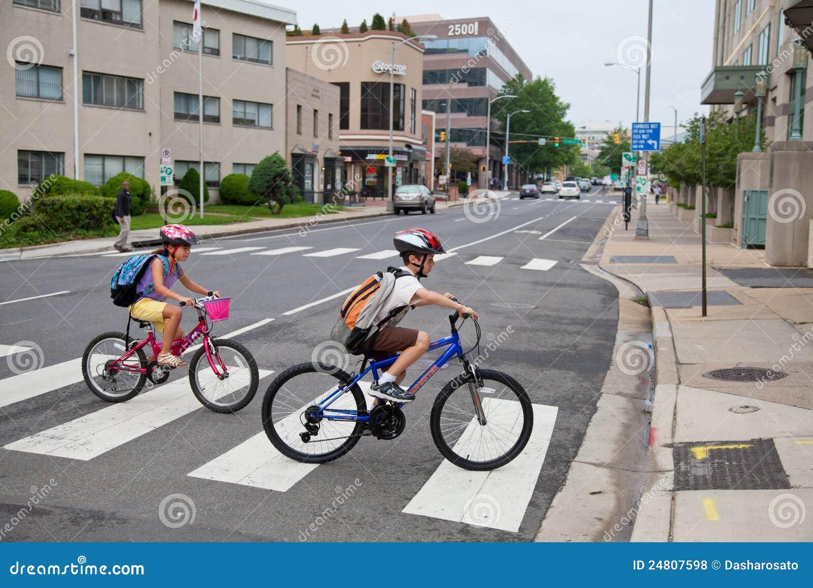 骑自行车的孩子学校