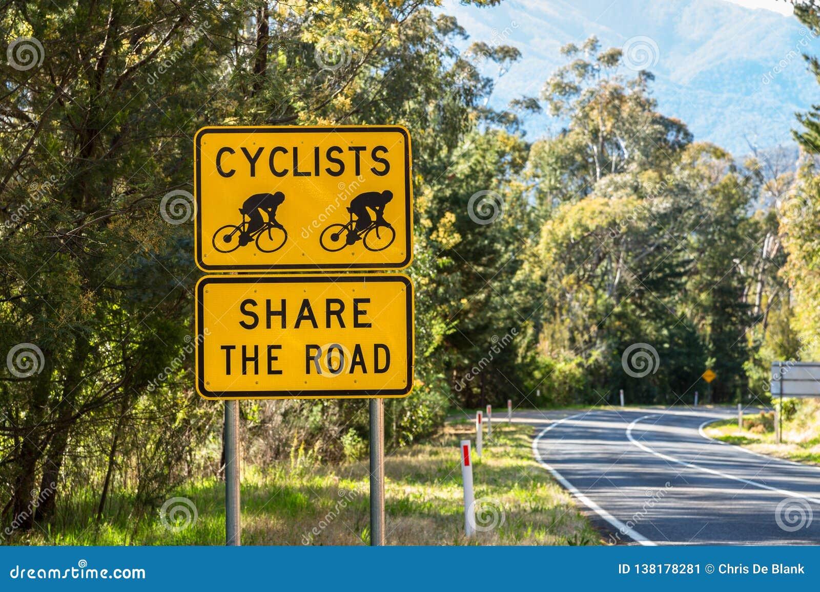 骑自行车者分享路标