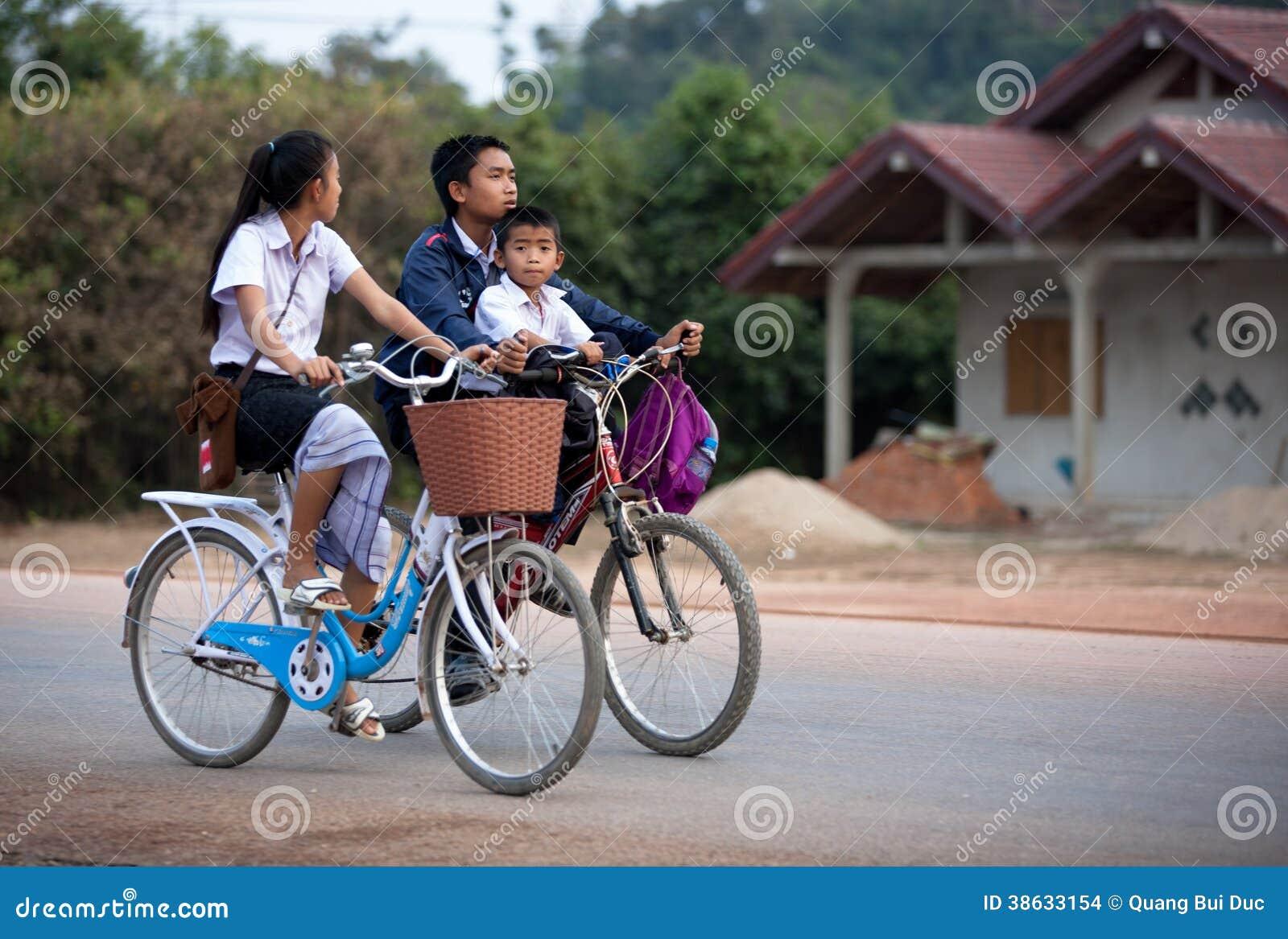 骑自行车者在老挝