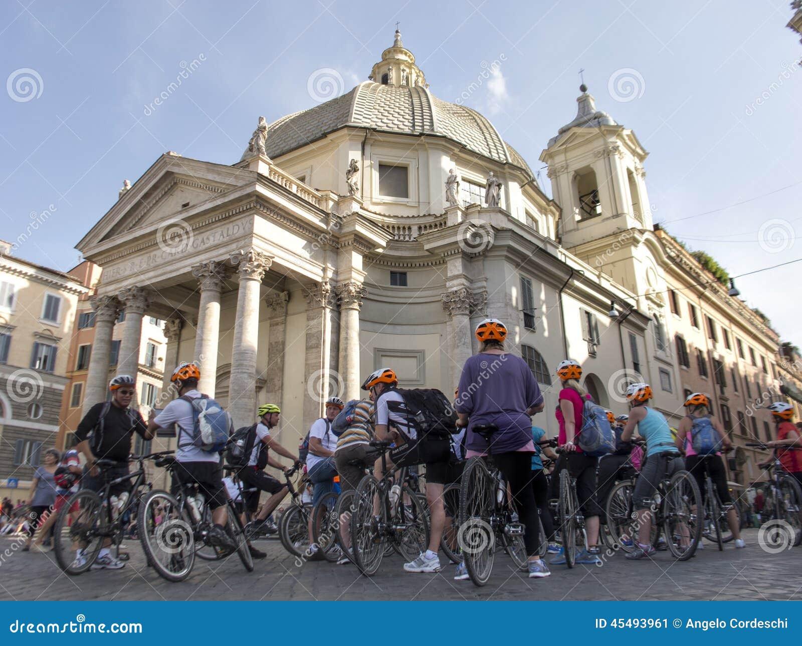 骑自行车者汇聚在教会圣玛丽亚(罗马)下的
