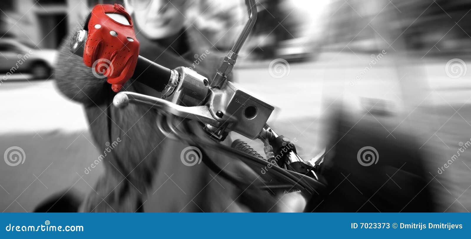骑自行车被弄脏的行动妇女年轻人