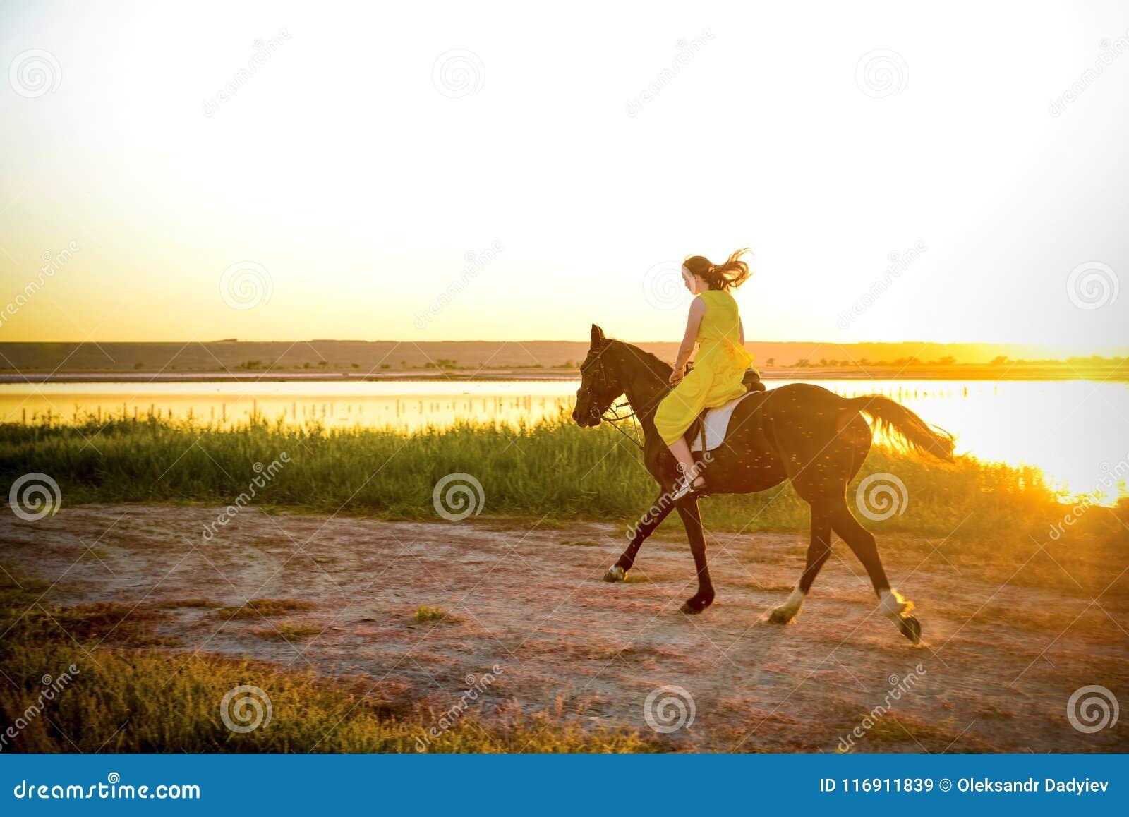 骑马的女孩在湖