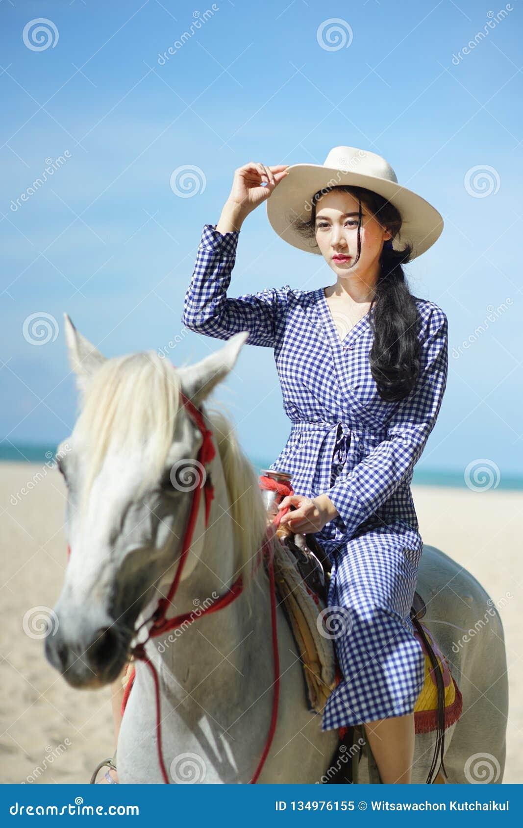 骑马的美女在海滩