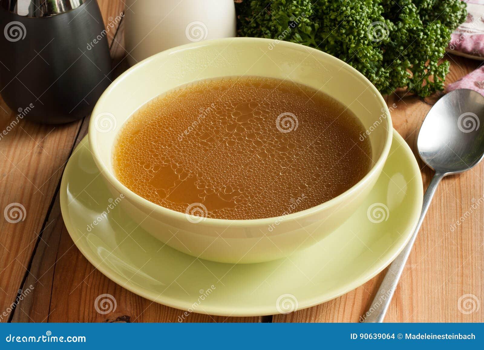 去骨由牛肉做的汤,供食在一个绿色汤碗