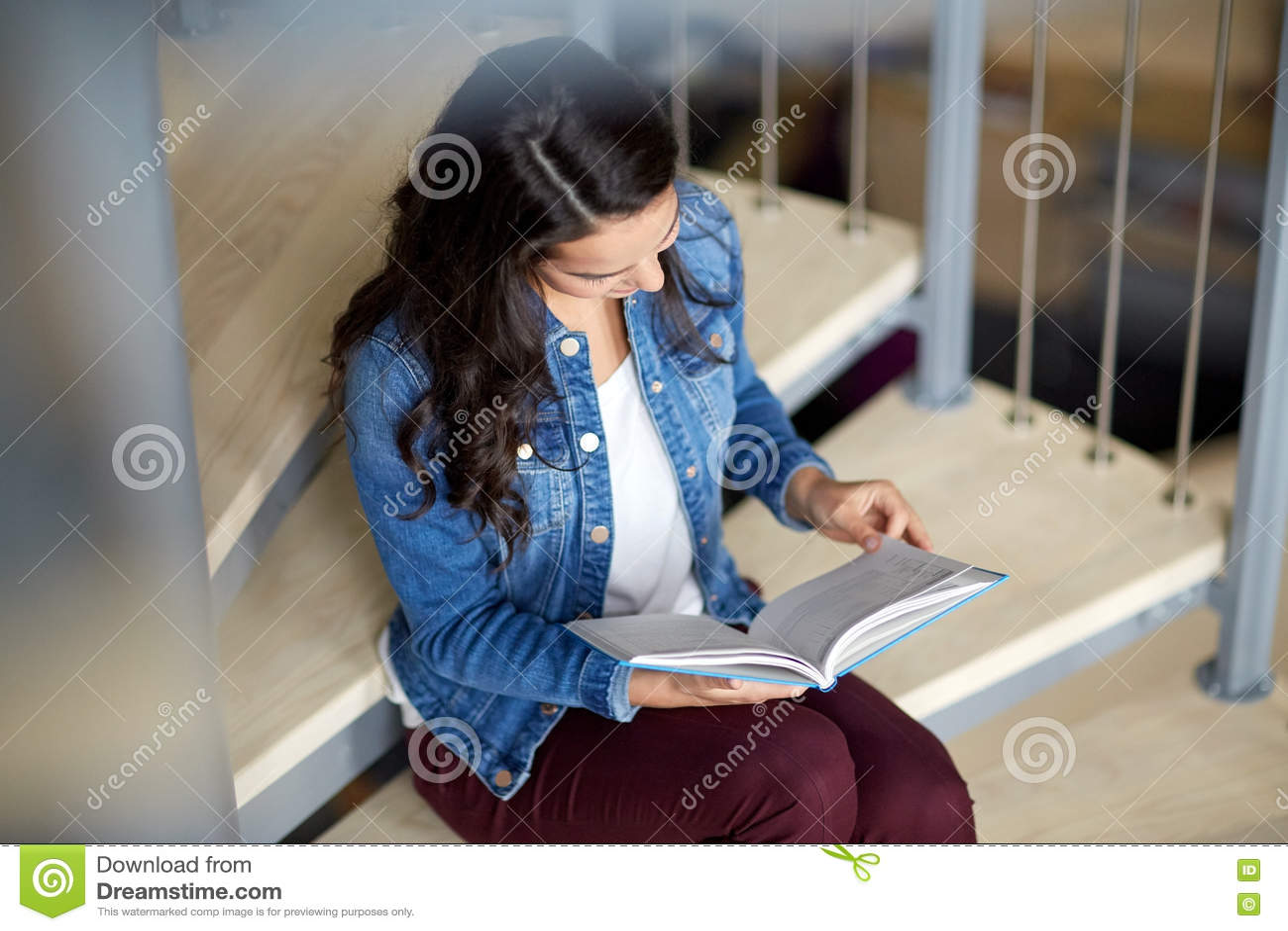高中学生女孩在台阶的阅读书