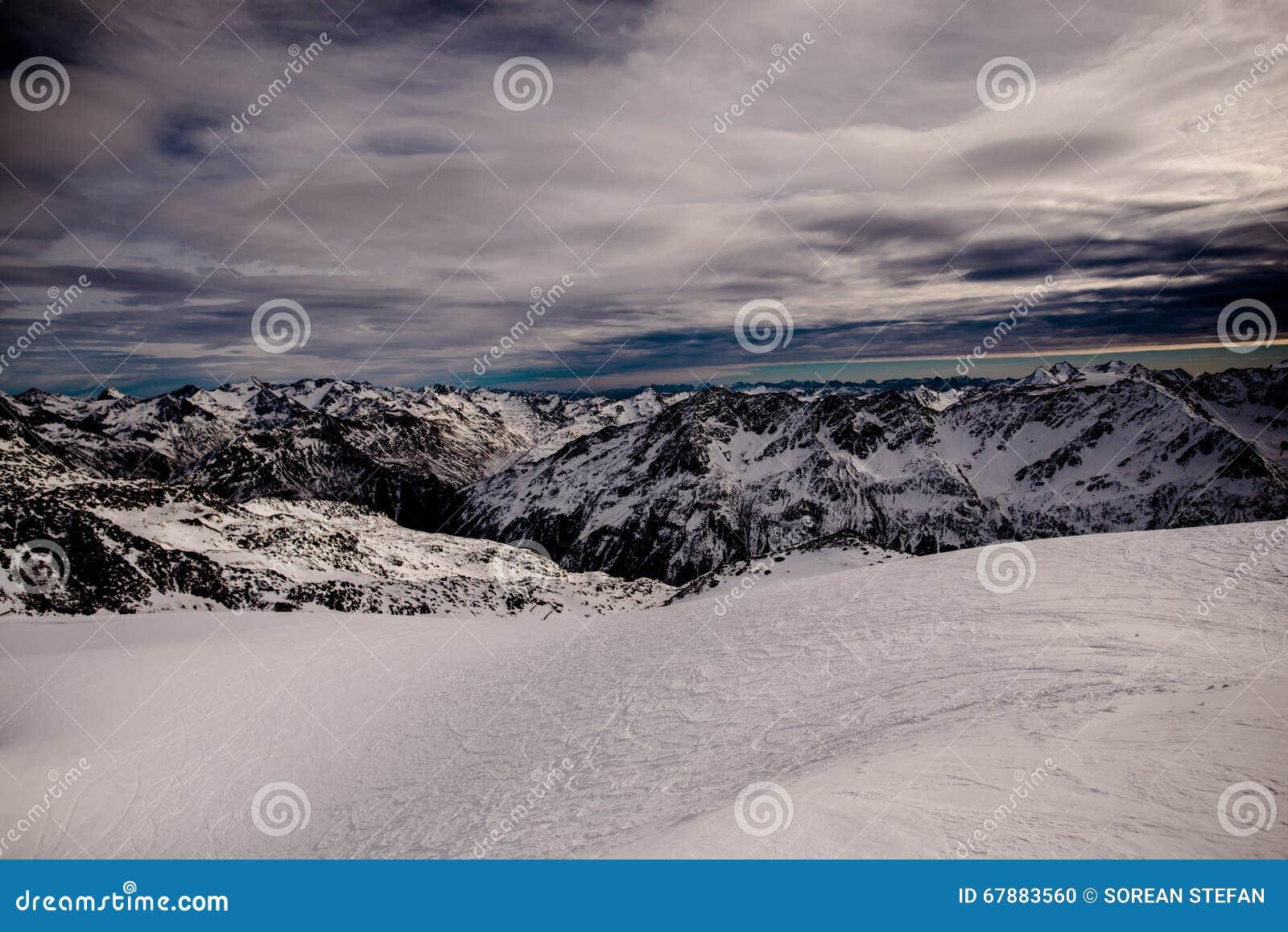 高加索dombay山全景滑雪倾斜视图