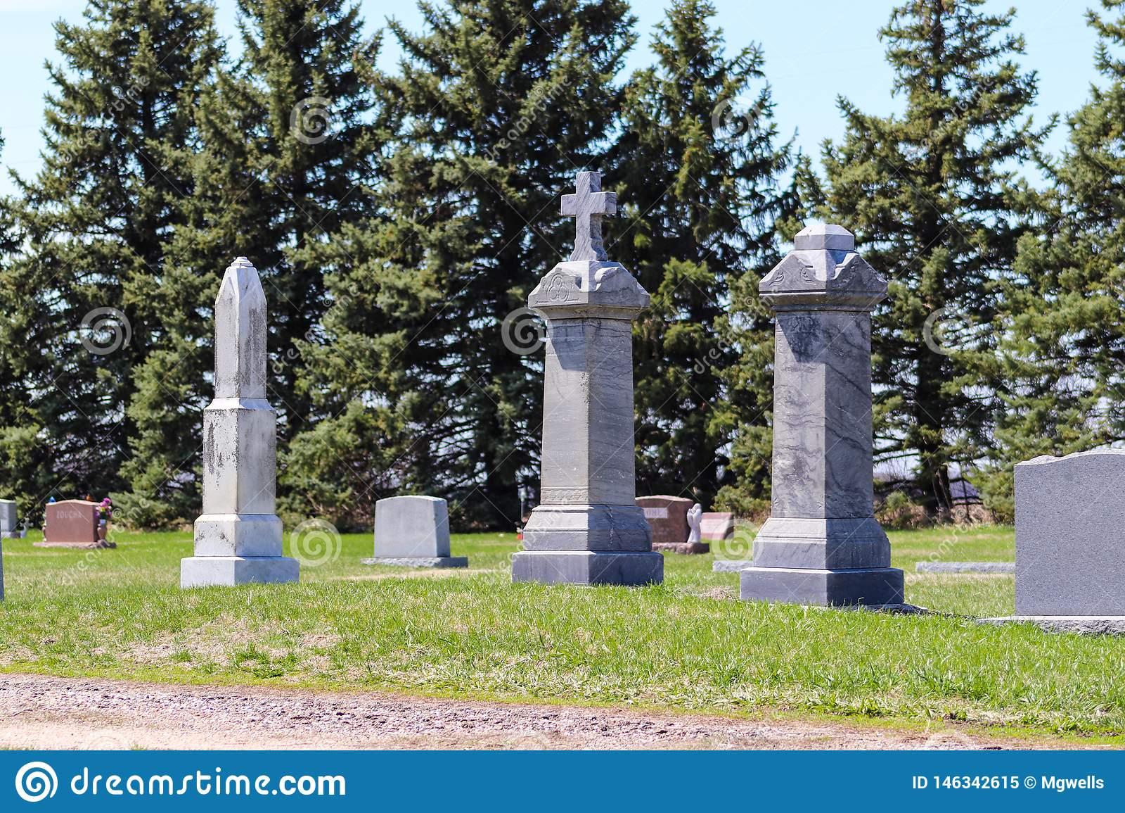 高墓石在公墓