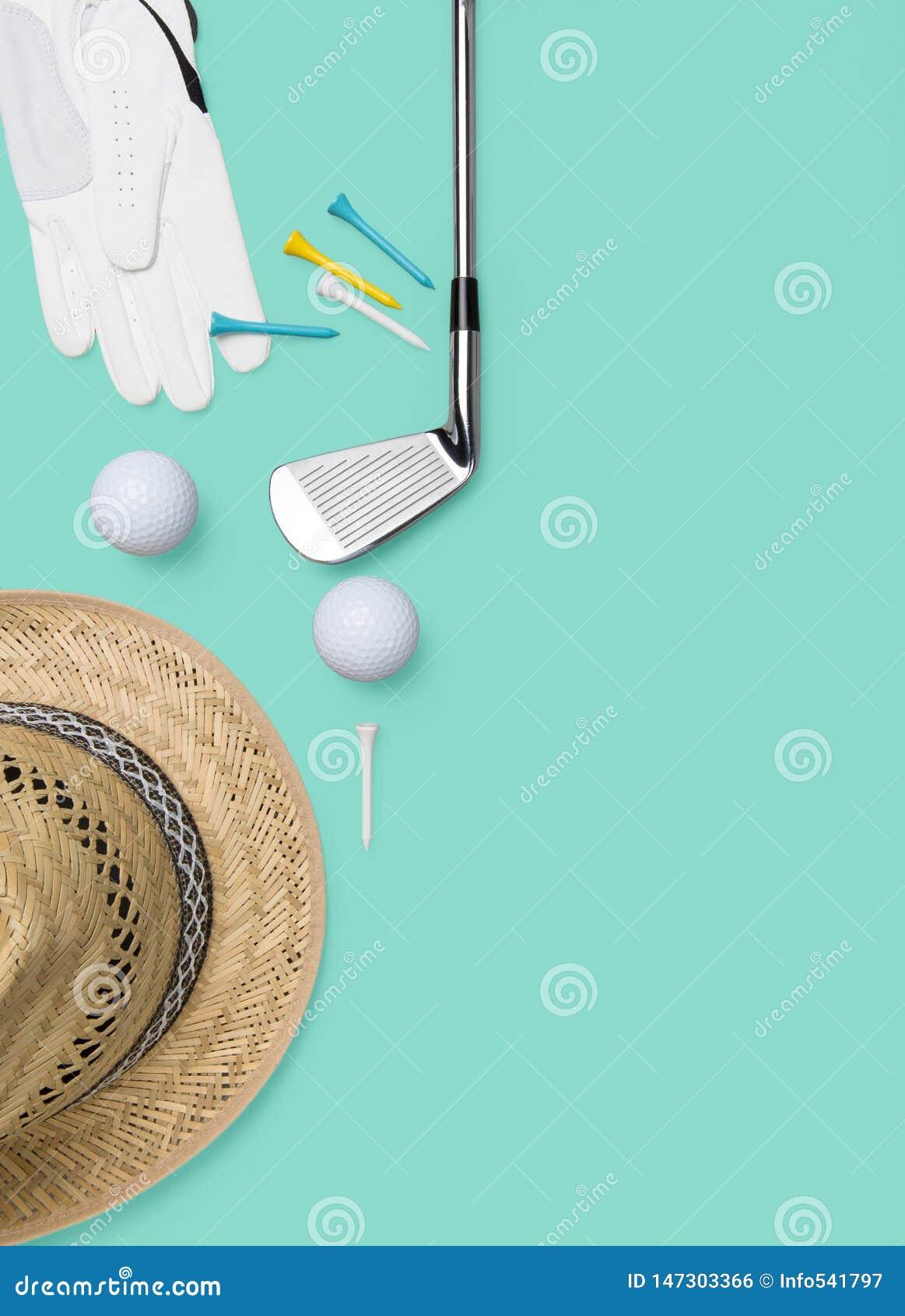 高尔夫俱乐部、高尔夫球、高尔夫球手套和发球区域在背景在绿松石