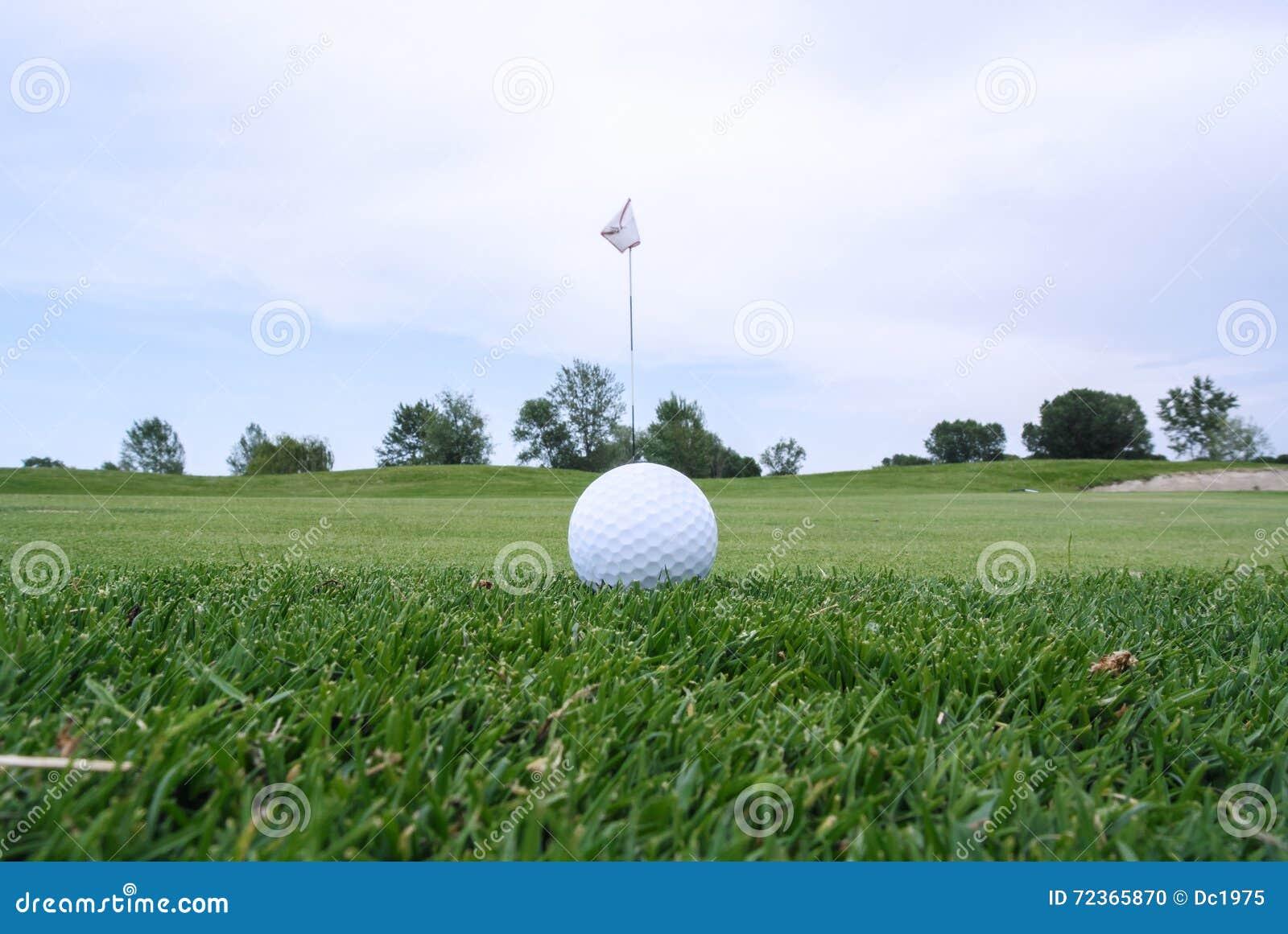 高尔夫球孔和球