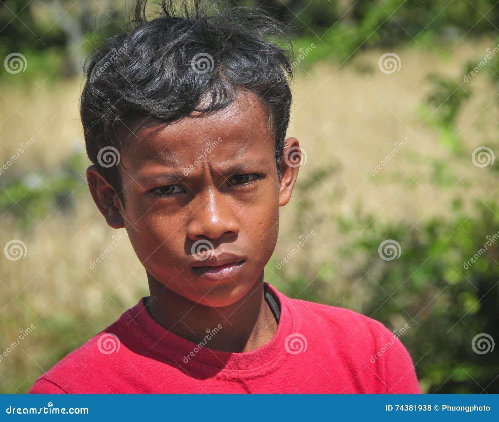 高棉村庄的一个年轻人在Kampot,柬埔寨