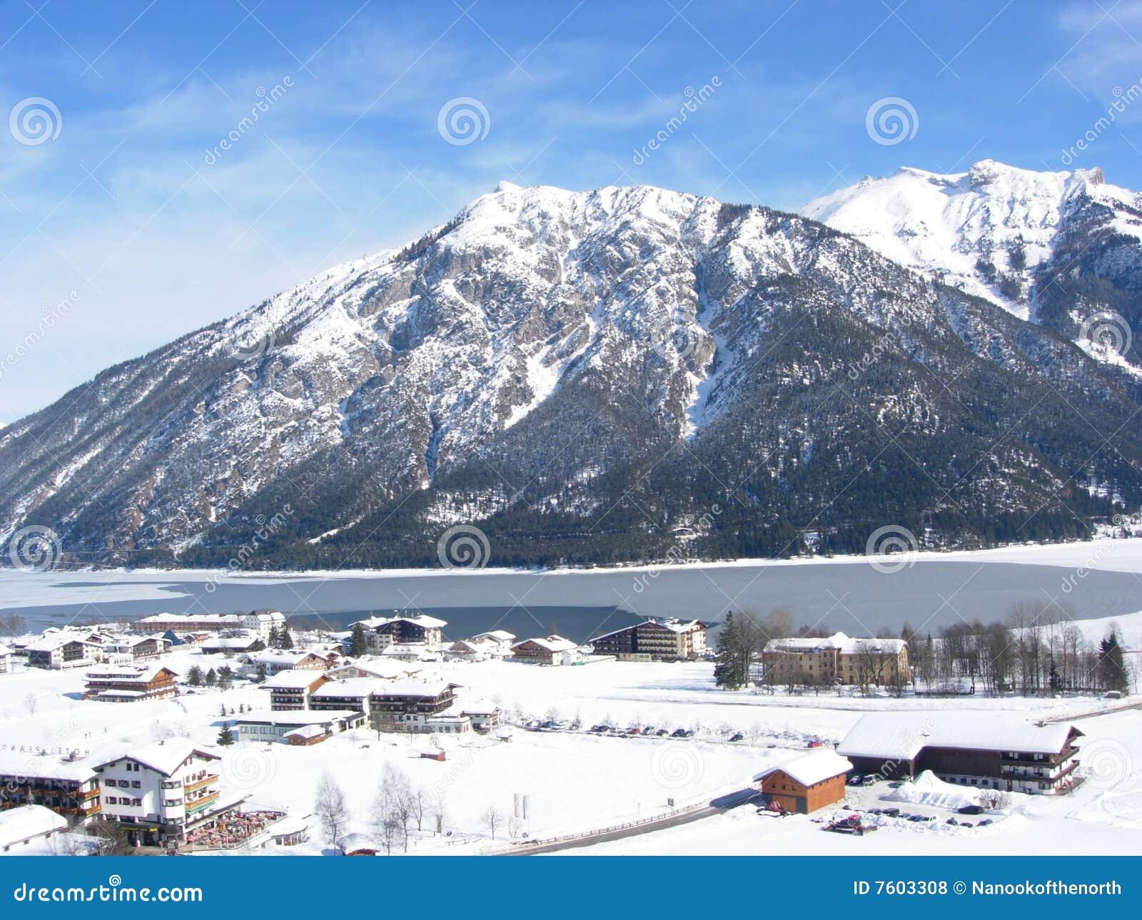 高的滑雪视图村庄