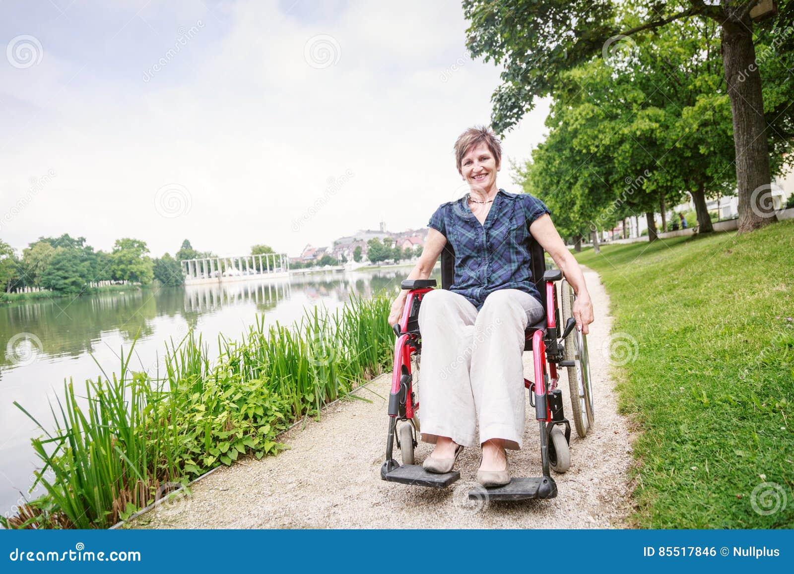 高级轮椅妇女