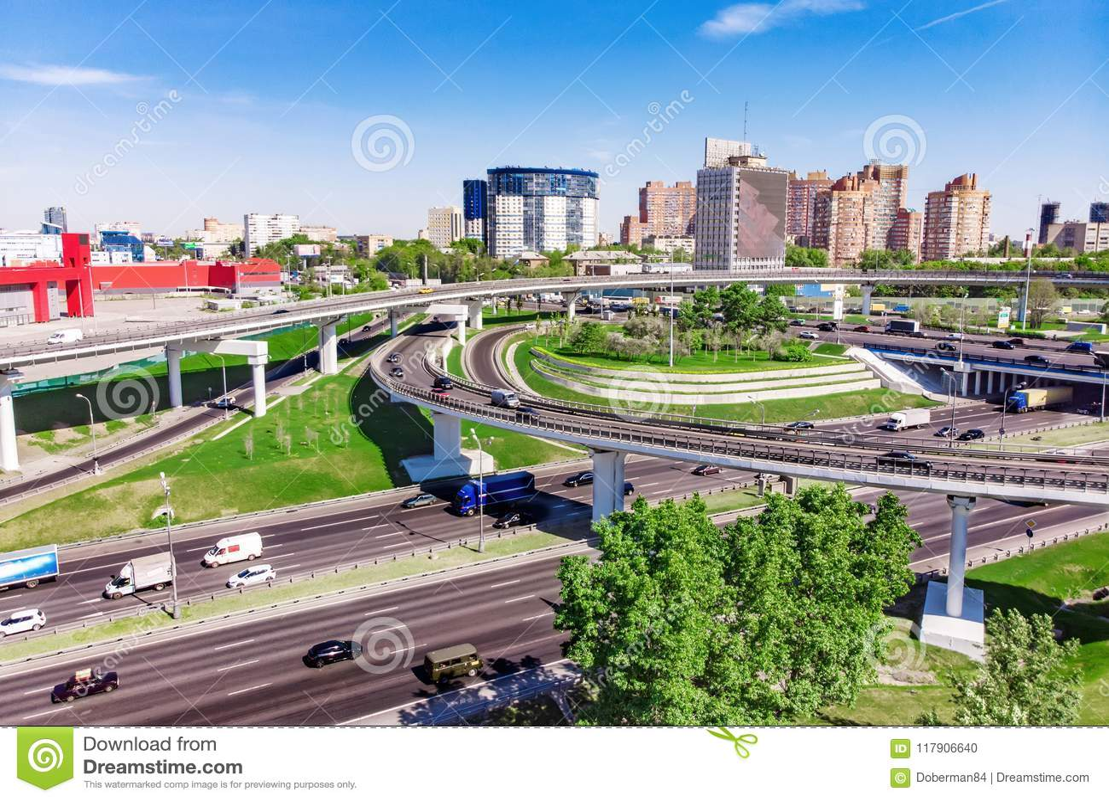高速公路交叉点的鸟瞰图 公路交叉点在一个大城市