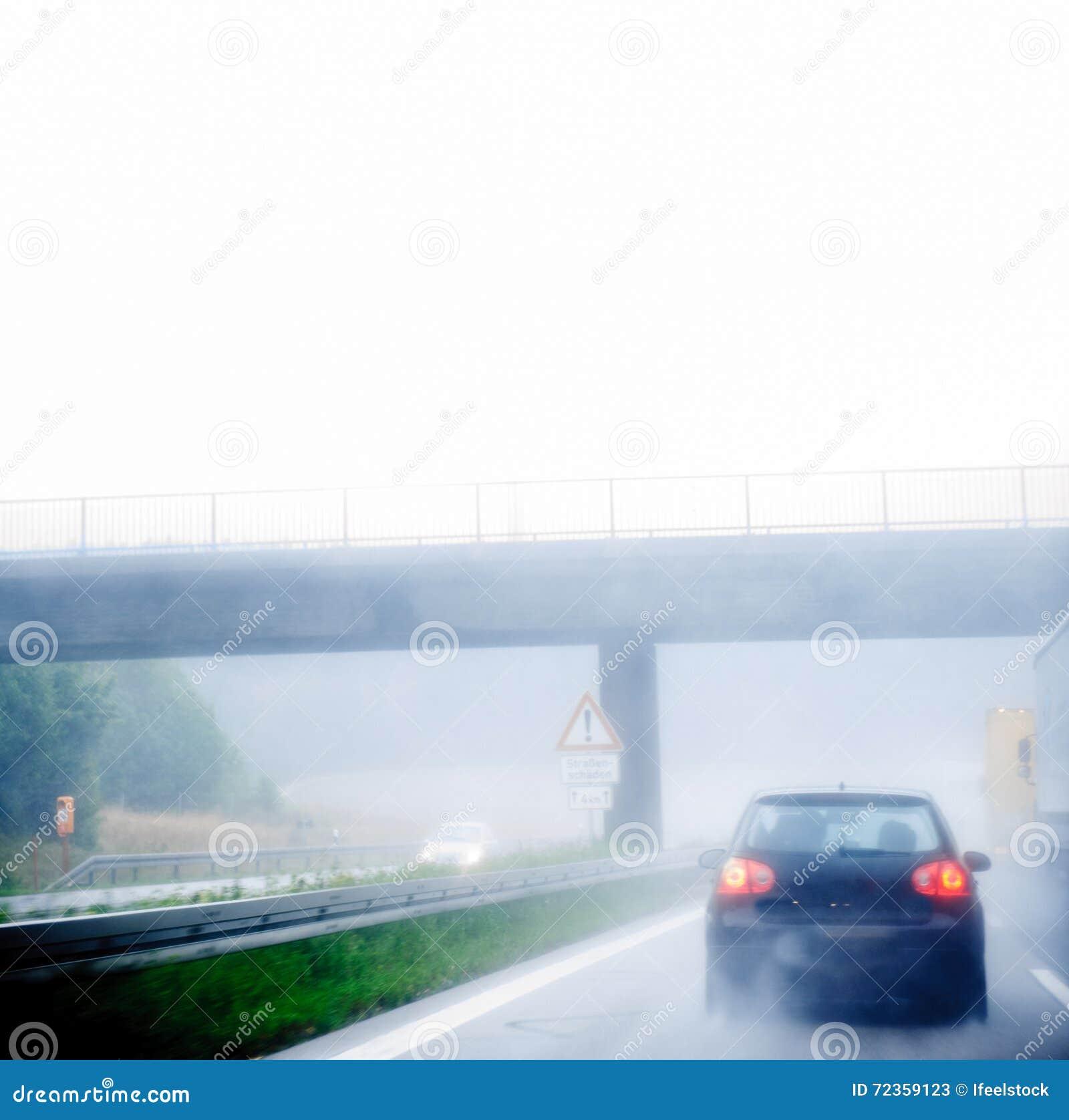 高速公路交通在一个雨天