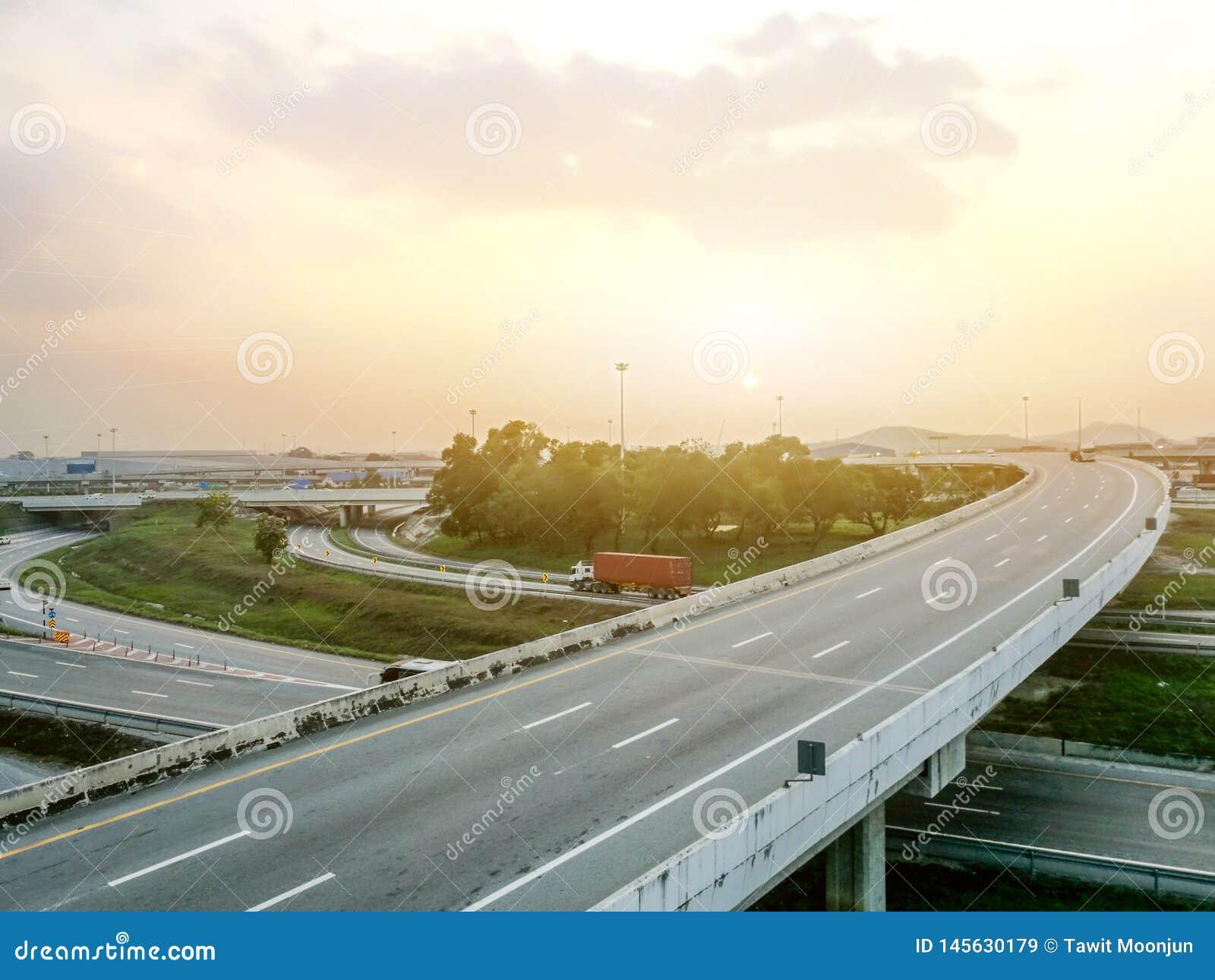高速公路在与阳光的早晨