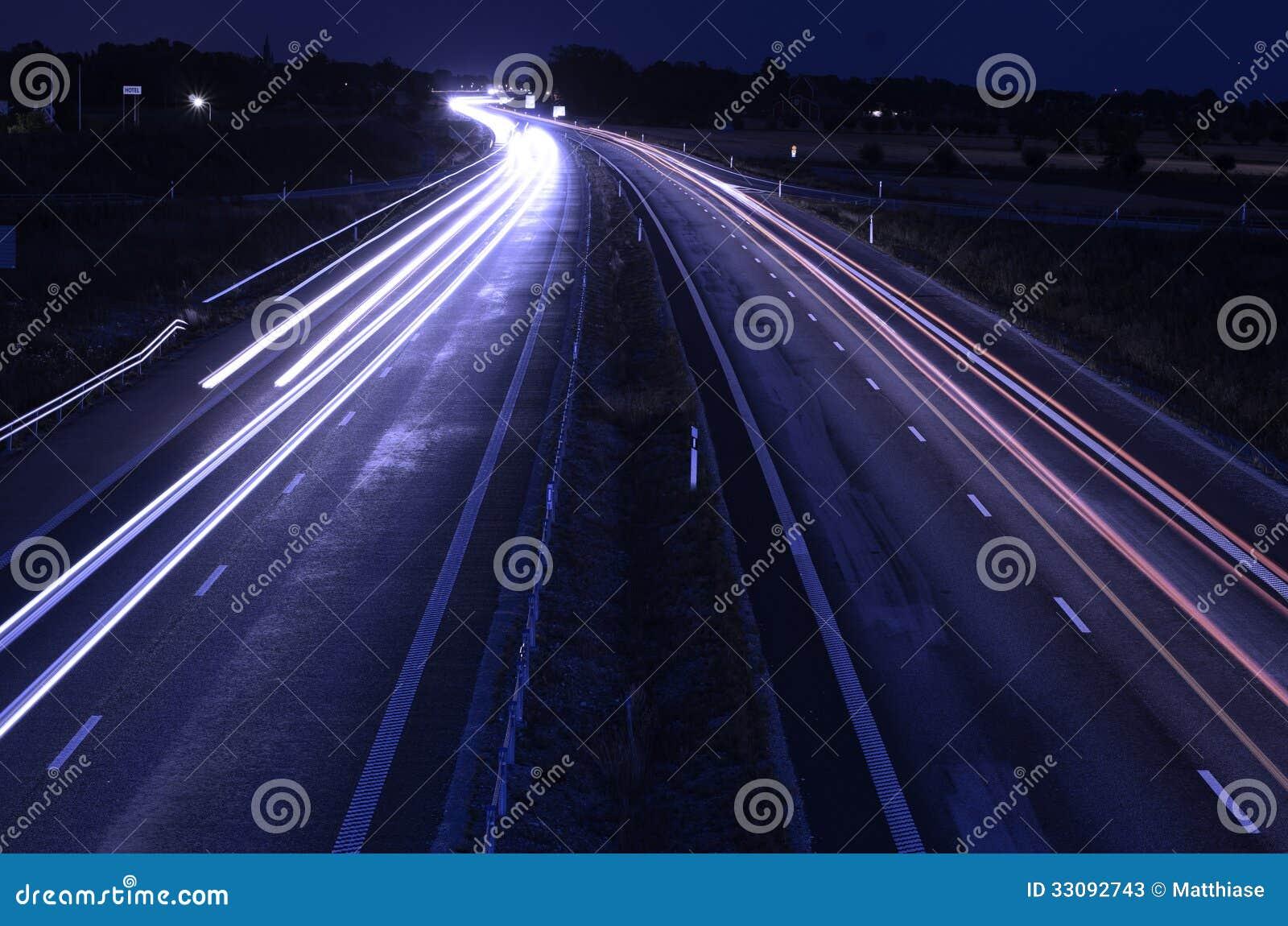 高速公路在晚上