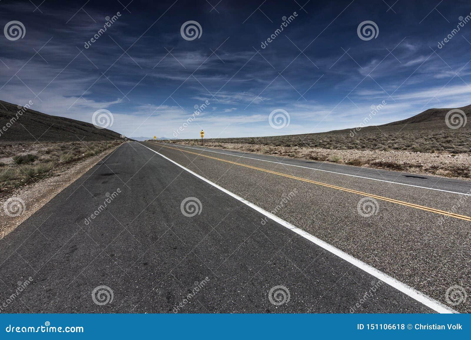 高速公路通过Towne通行证的死亡谷